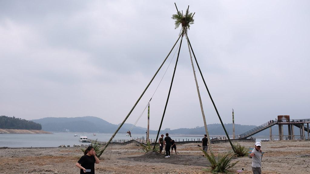 今年缺水導致日月潭蓄水量僅剩33_,邵族人特意將鞦韆季移至潭邊舉辦,重現1958年唐美君拍攝的景象。攝影:曾以寧。