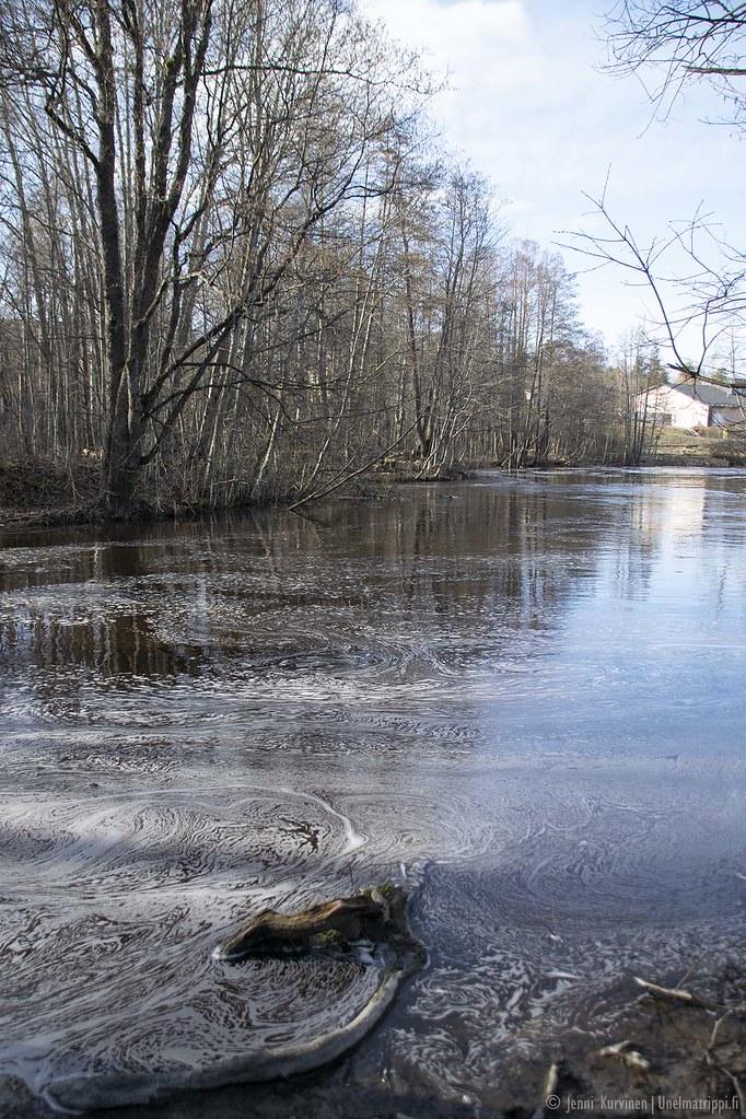 Rauhallinen Vantaanjoki virtaa Nukarinkoskella