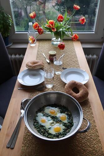 Grünes Shakshuka mit Sesamkringel (Tischbild)