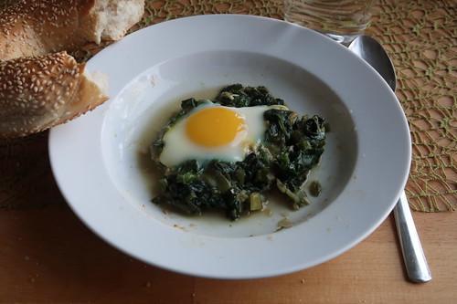 Grünes Shakshuka mit Sesamkringel (meine zweite Portion)