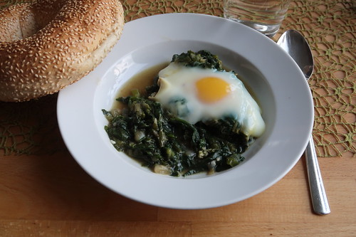 Grünes Shakshuka mit Sesamkringel (meine erste Portion)