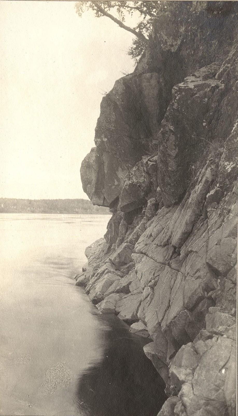 Вид участка скалистого правого берега реки Зеи.