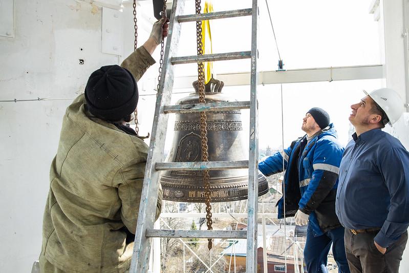 15 апреля 2021, Поднятие нового колокола на колокольню Воскресенского подворья Лавры / 15 April 2021, Raising of the new bell on the bell tower of the Resurrection Monastery compound