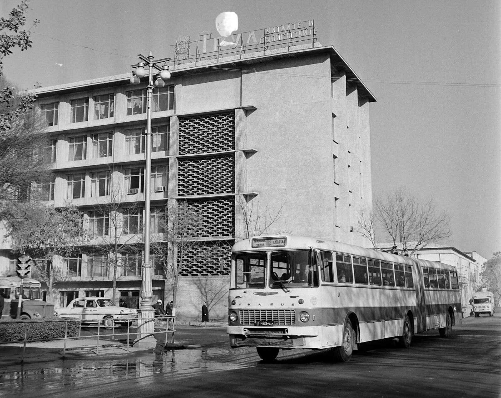 Самарканд. Улица Кирова перед перекрестком улицы Правды Востока, на заднем плане - штаб-квартира профсоюзов Узбекистана.