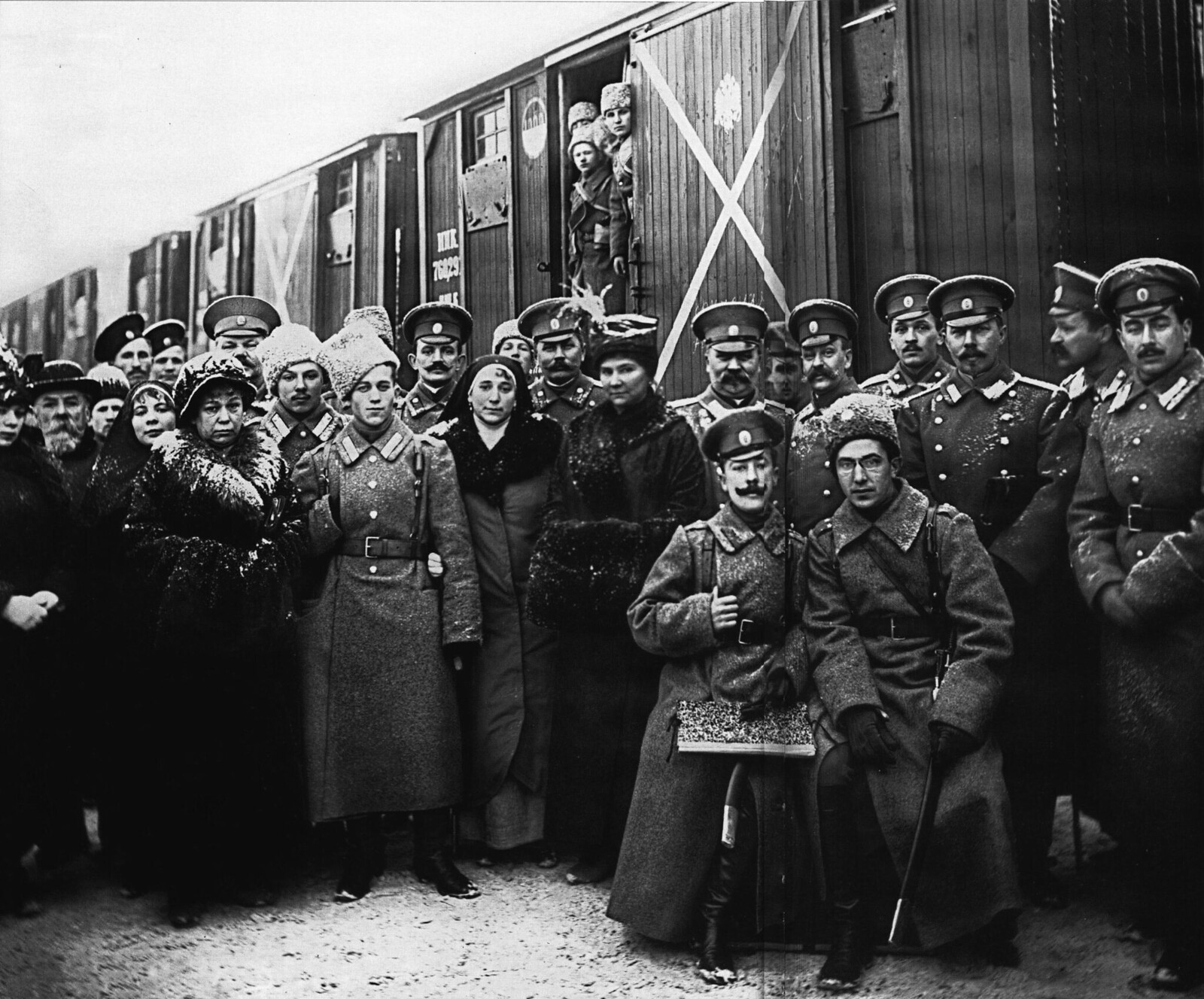 1916. Группа офицеров и солдат с родственниками перед отправкой в действующую армию