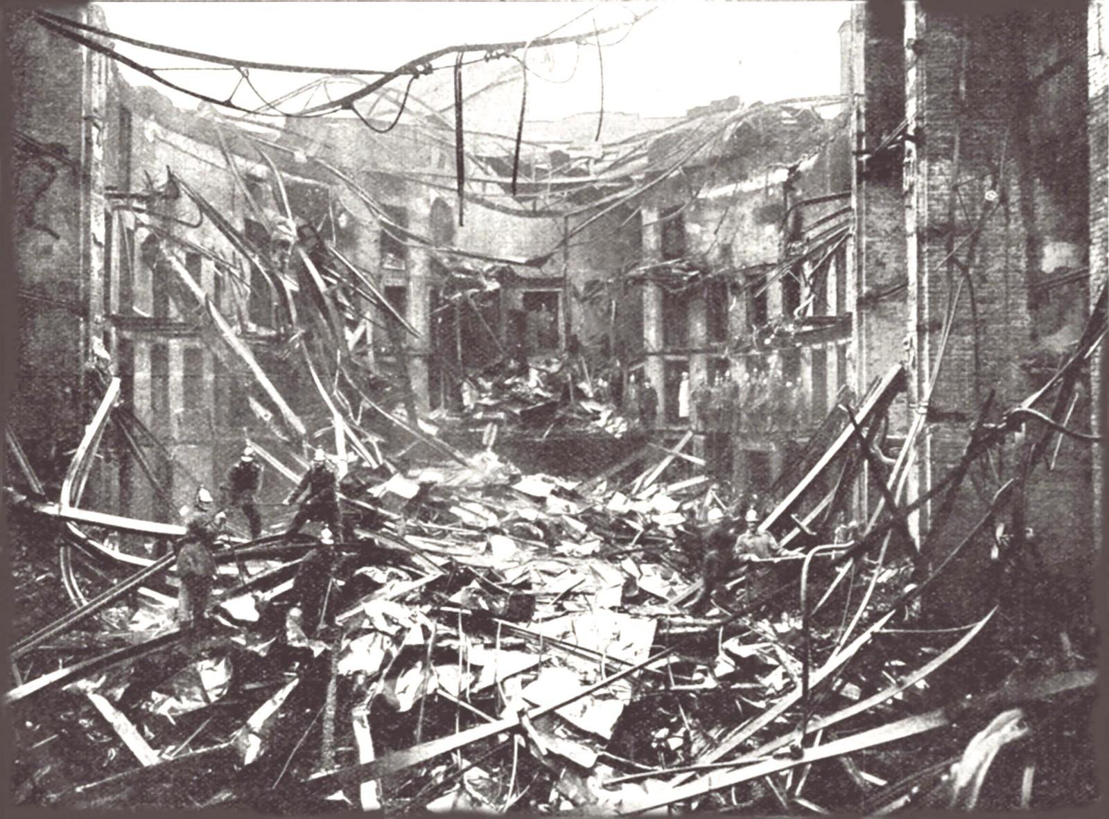 1901. Вид на разрушенный зрительный зал Суворинского (Малого) театра после пожара 20 августа