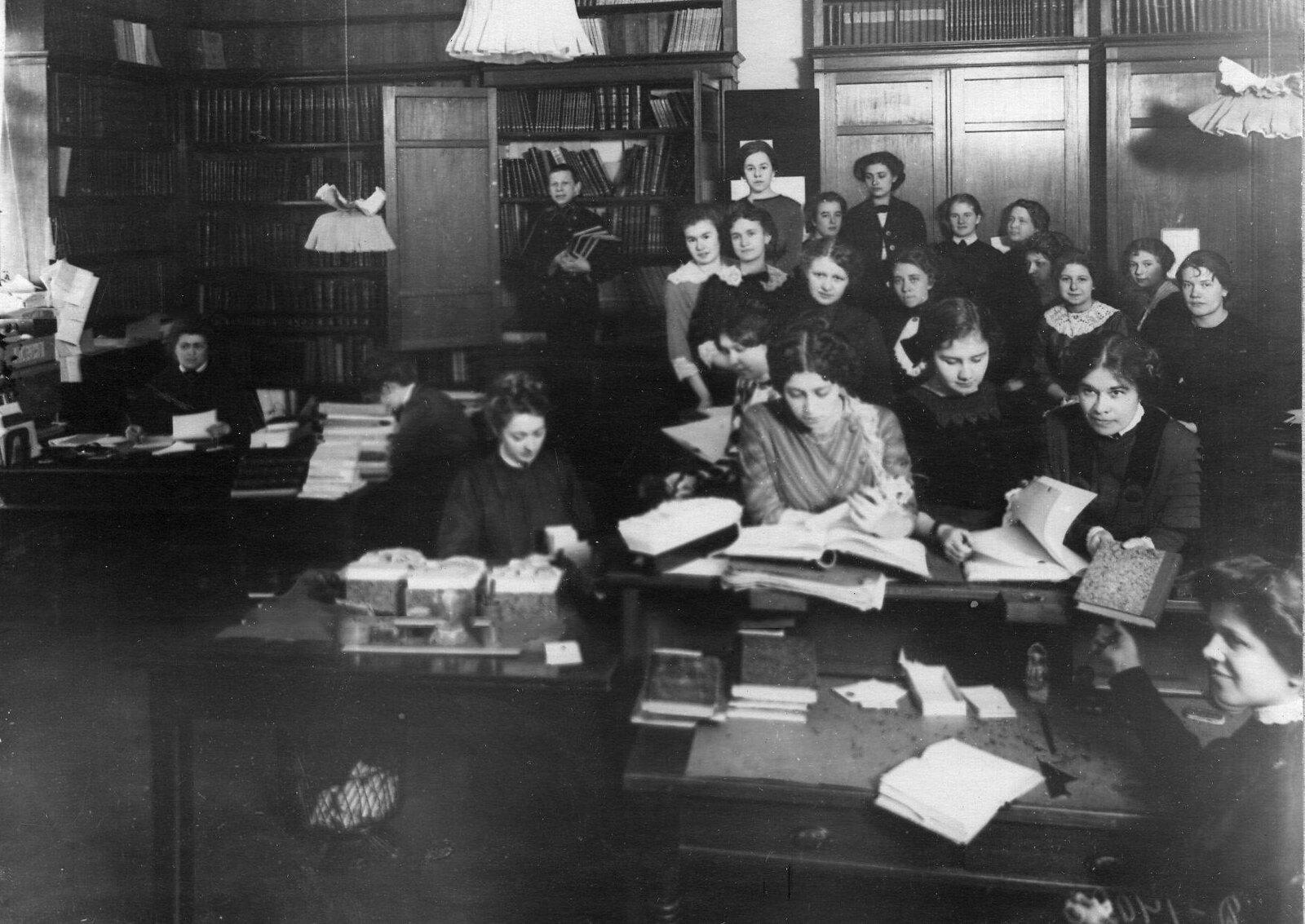 1910-е. Читальный зал Императорского женскогопедагогического института