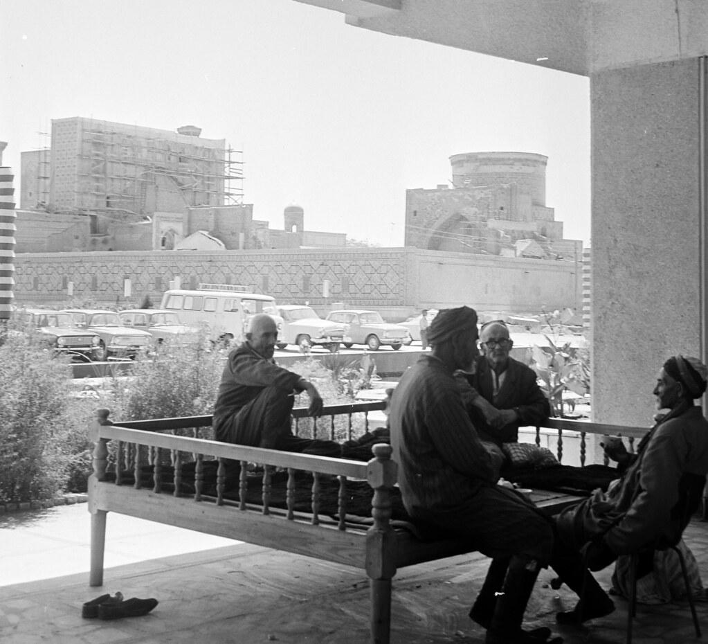 Самарканд. Медресе Тилля-Кари, за которой справа Медресе Улугбека