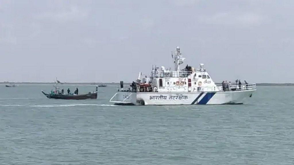 नाव से गुजरात में घुस चुके 8 पाकिस्तानियों को दबोचा गया, बर्बादी का सामान भी बरामद