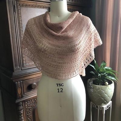 Brandi (@thegreenbuttonjar) finished this stunning Rosewater by Janina Kallio using her own yarn in the Peony colourway!