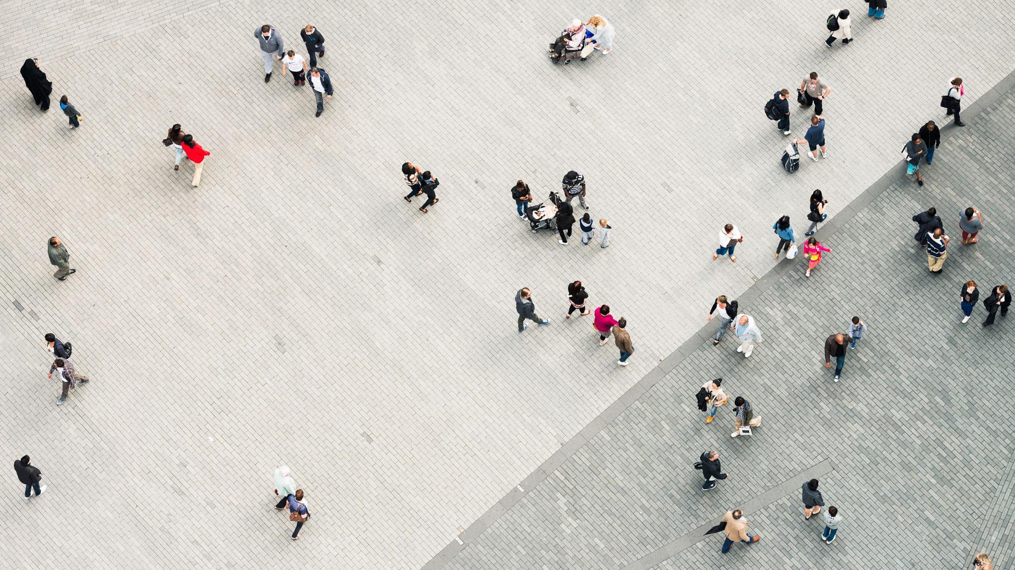一群人走在铺有路面的地方的航拍照片