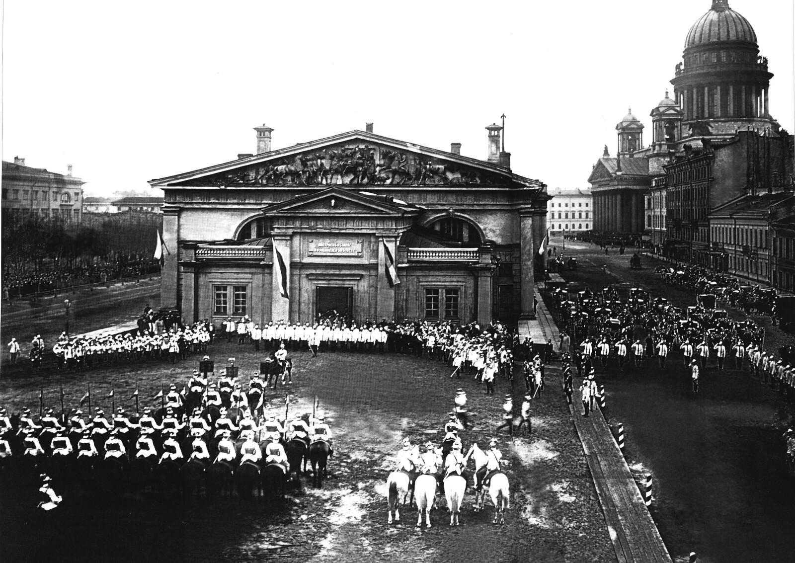 1903. Парад лейб-гвардии конного полка возле Манежа в день полкового праздника