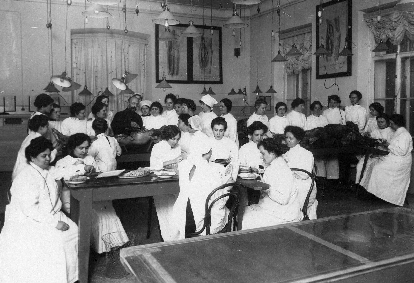 1913. Анатомический зал женского медицинского института.