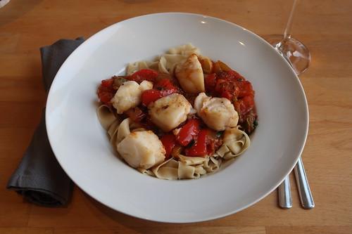 Fischfiletstücke mit Tomaten-Paprika-Pfannengemüse auf Bandnudeln