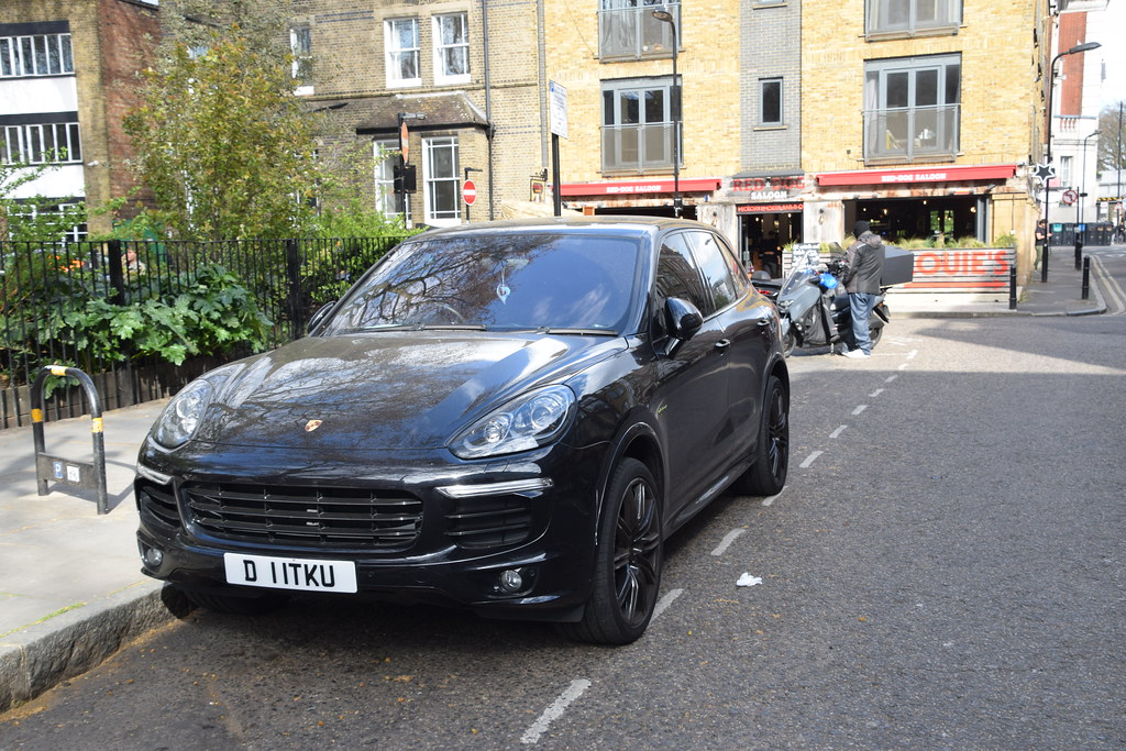 DSC_9419 Shoreditch London Hoxton Square 2017 Black Porsche Cayenne PLAT ED S E Hybrid Electric (Clean) TIP A 2995 cc Sports Utility Vehicle SUV D11TKU