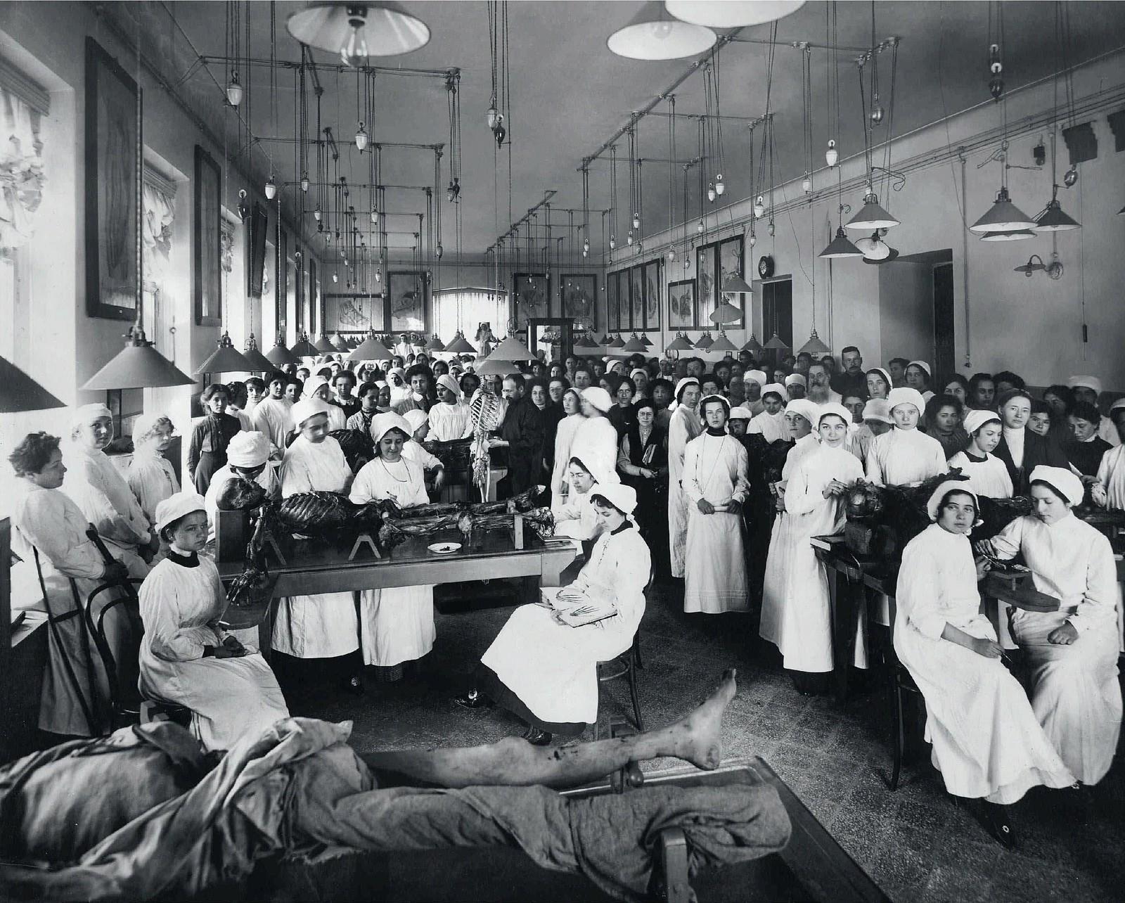1913. Анатомический зал женского медицинского института (в центре профессор Вейнберг)