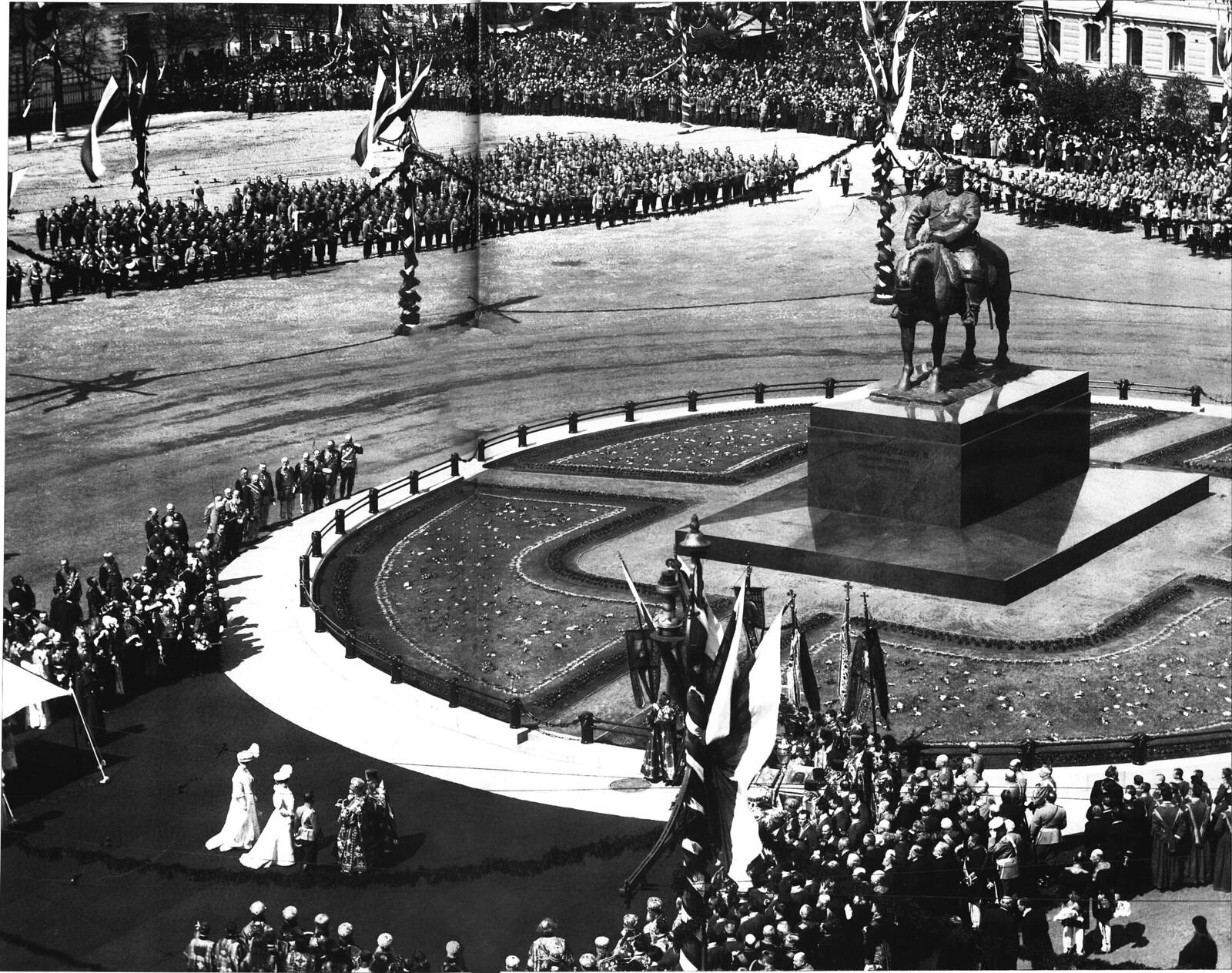 1909. Торжественное открытие памятника императору Александру III на Знаменской площади в присутсктвии императорской фамилии,
