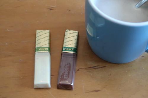 "Zwei Riegel aus ""Merci Finest Selection Mandel Knusper Vielfalt"" zum Nachmittagskaffee"