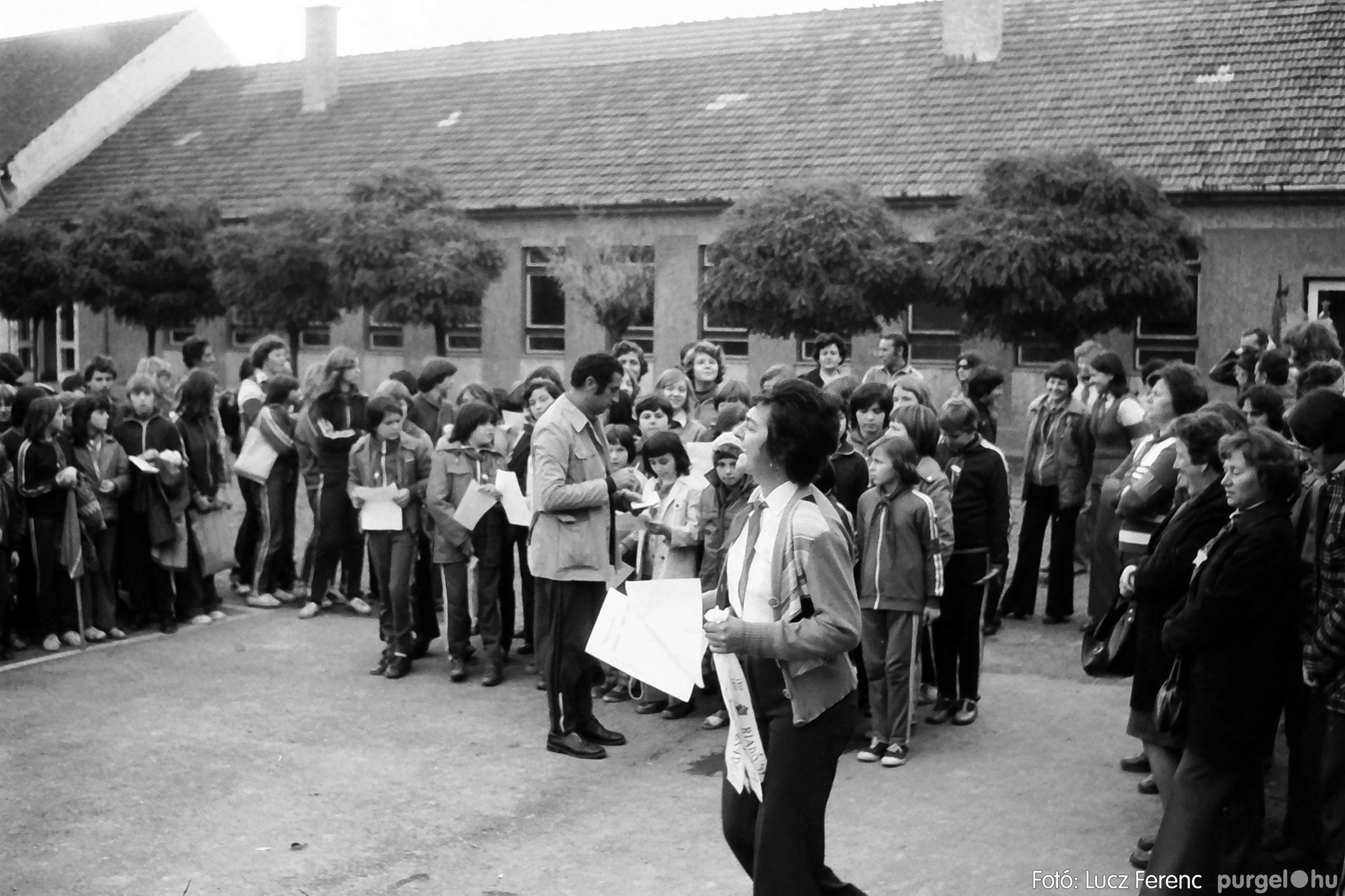 092. 1977. Úttörő rendezvény a Központi Általános Iskolában 015. - Fotó: Lucz Ferenc.jpg
