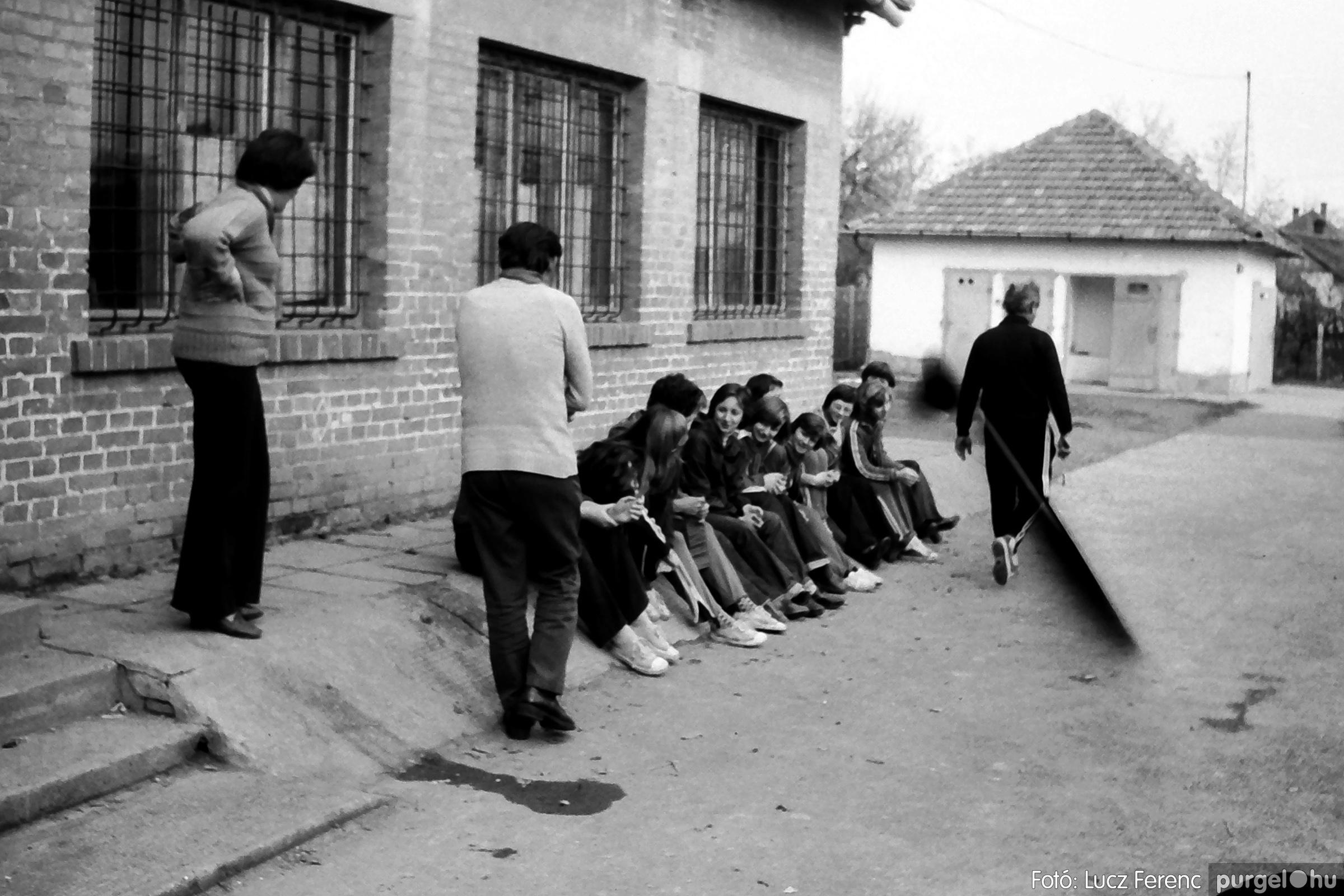 092. 1977. Úttörő rendezvény a Központi Általános Iskolában 014. - Fotó: Lucz Ferenc.jpg