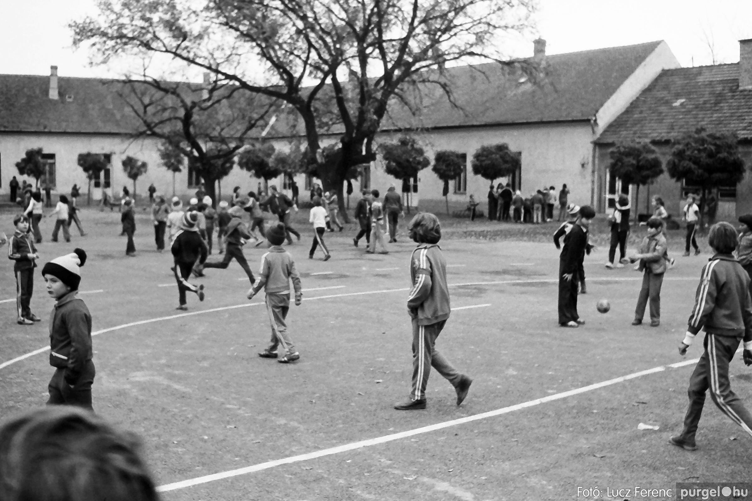 092. 1977. Úttörő rendezvény a Központi Általános Iskolában 009. - Fotó: Lucz Ferenc.jpg