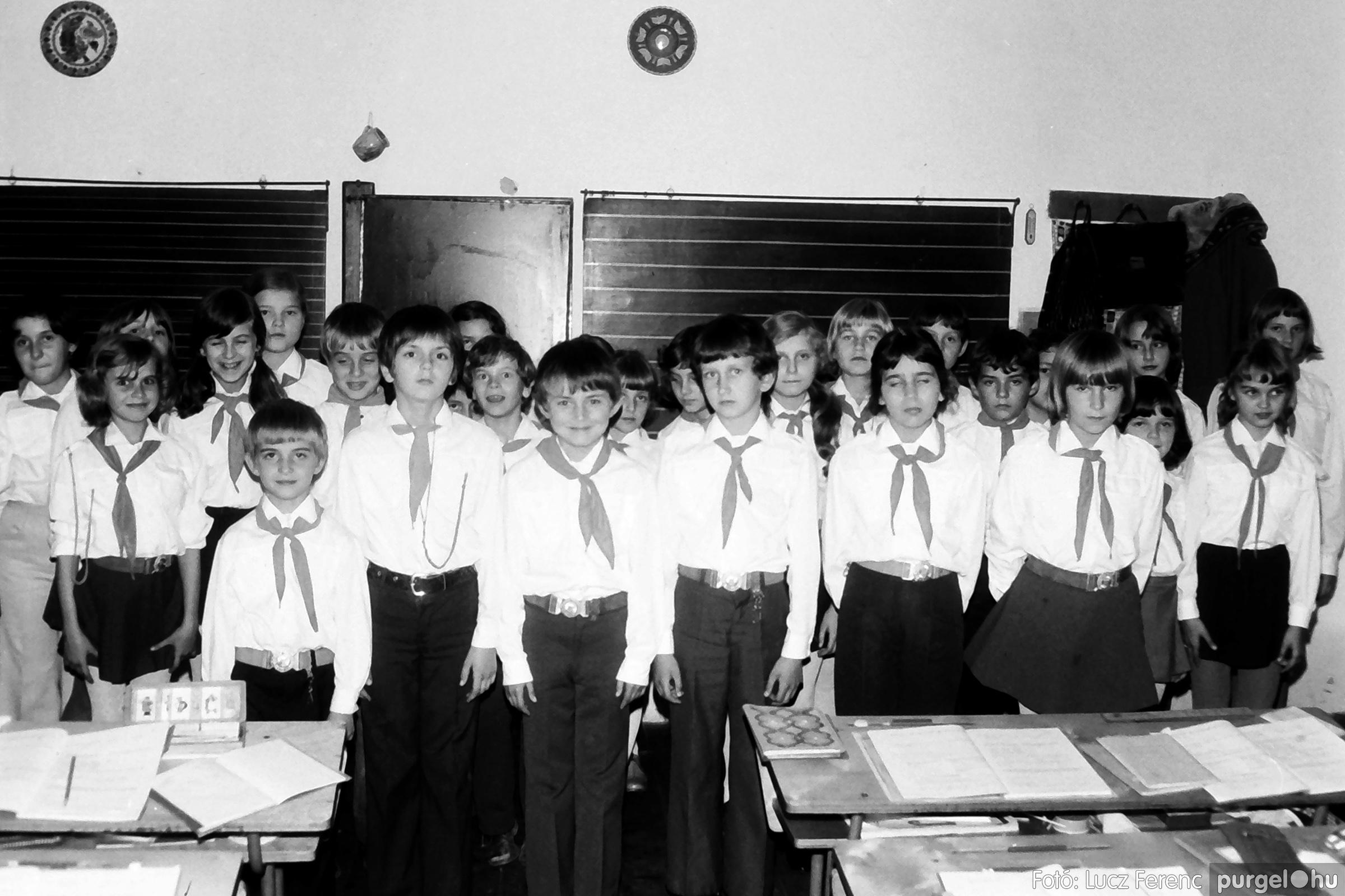 092. 1977. Úttörő rendezvény a Központi Általános Iskolában 004. - Fotó: Lucz Ferenc.jpg