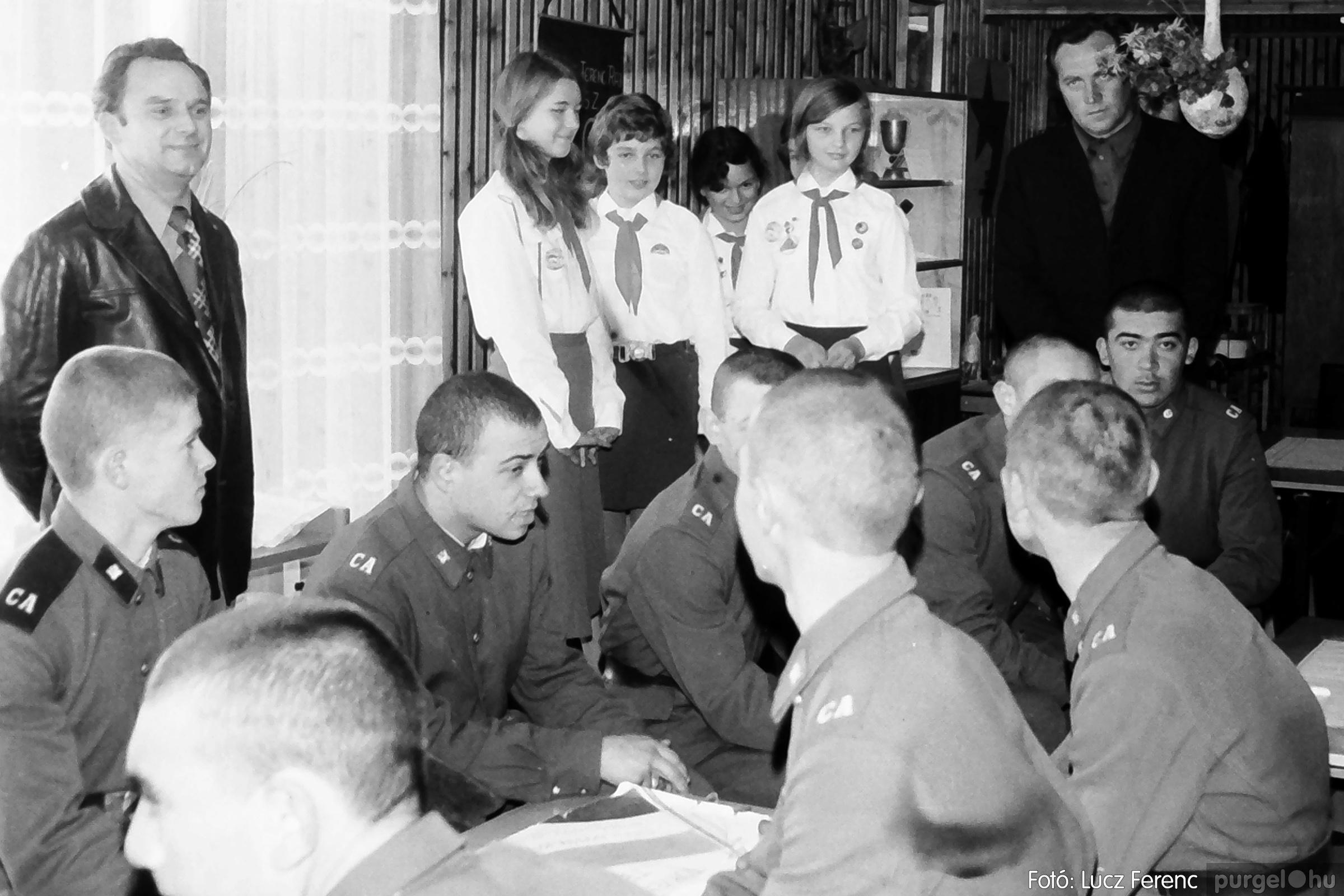 093. 1977. Szovjet katonák látogatása a nagy októberi szocialista forradalom 60. évfordulóján 008. - Fotó: Lucz Ferenc.jpg