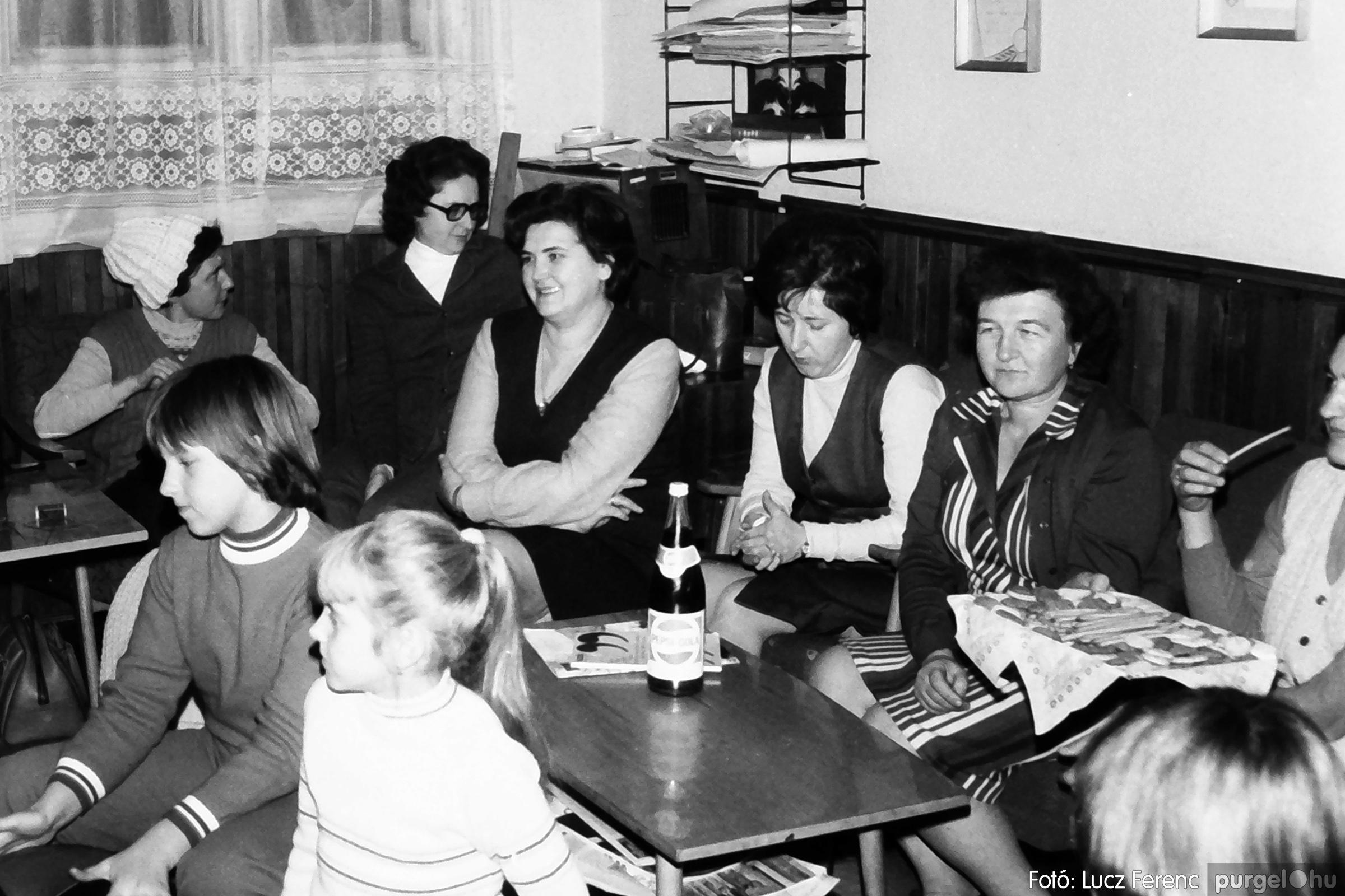 096. 1977. Karácsonyi összejövetel a kultúrházban 016. - Fotó: Lucz Ferenc.jpg