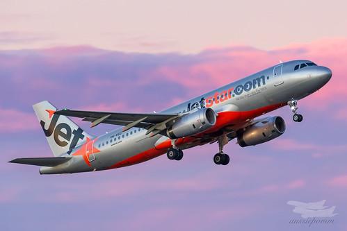 sydney newsouthwales australia jetstar jetstaraustralia jq airbus a320 syd yssy sydneyairport pinkbluesky bluehour