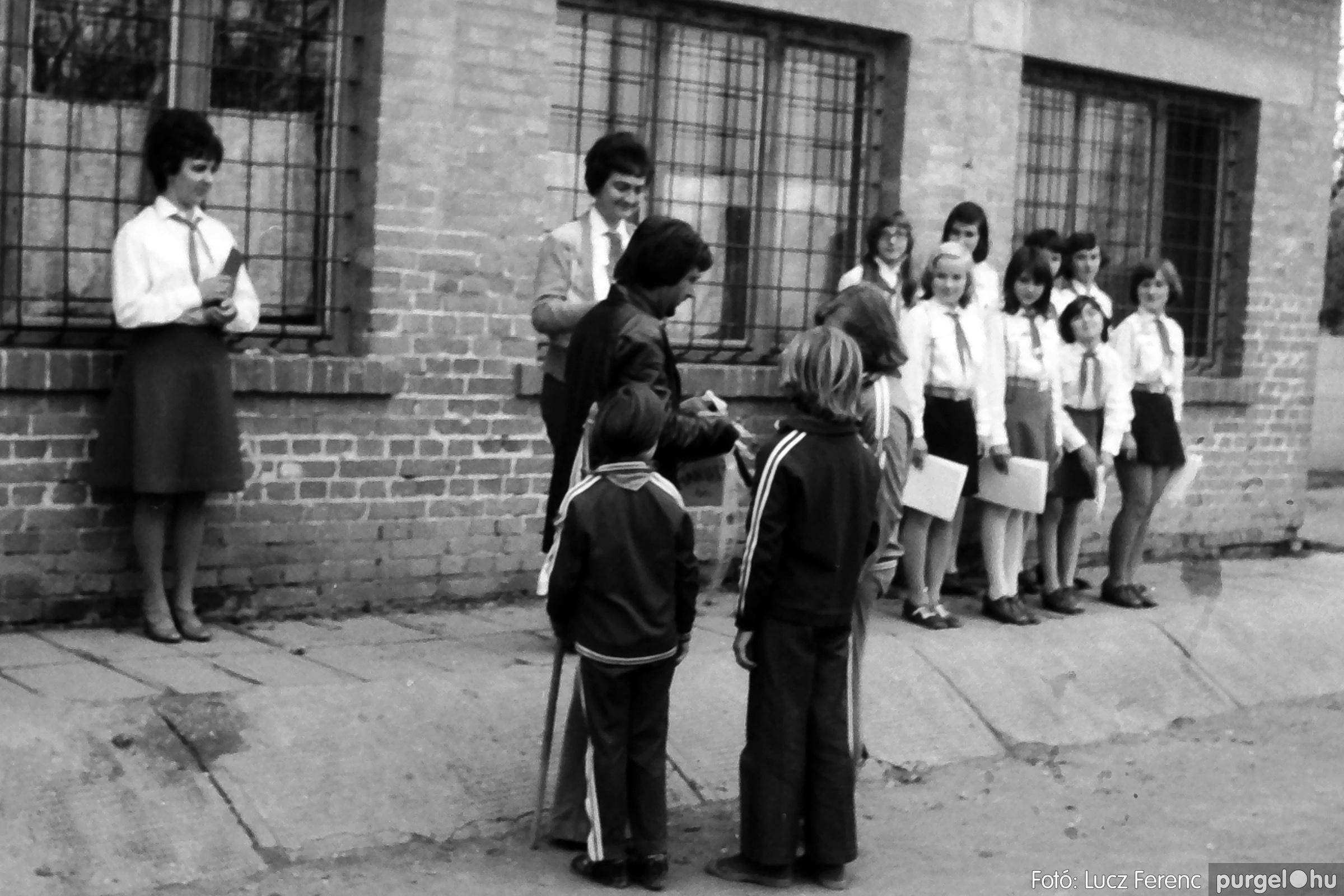 092. 1977. Úttörő rendezvény a Központi Általános Iskolában 025. - Fotó: Lucz Ferenc.jpg