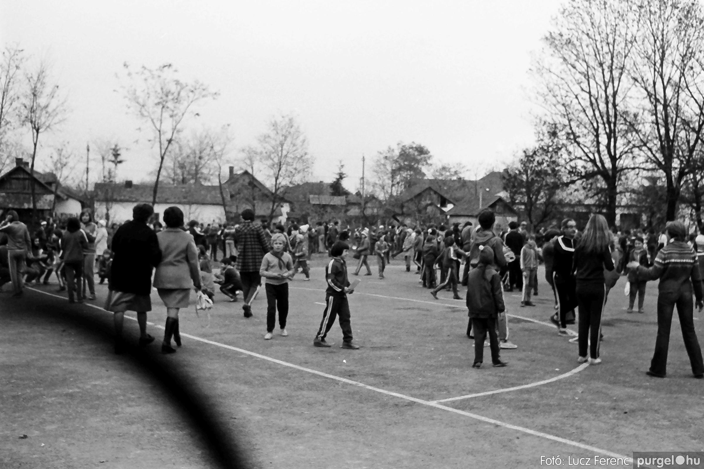 092. 1977. Úttörő rendezvény a Központi Általános Iskolában 019. - Fotó: Lucz Ferenc.jpg