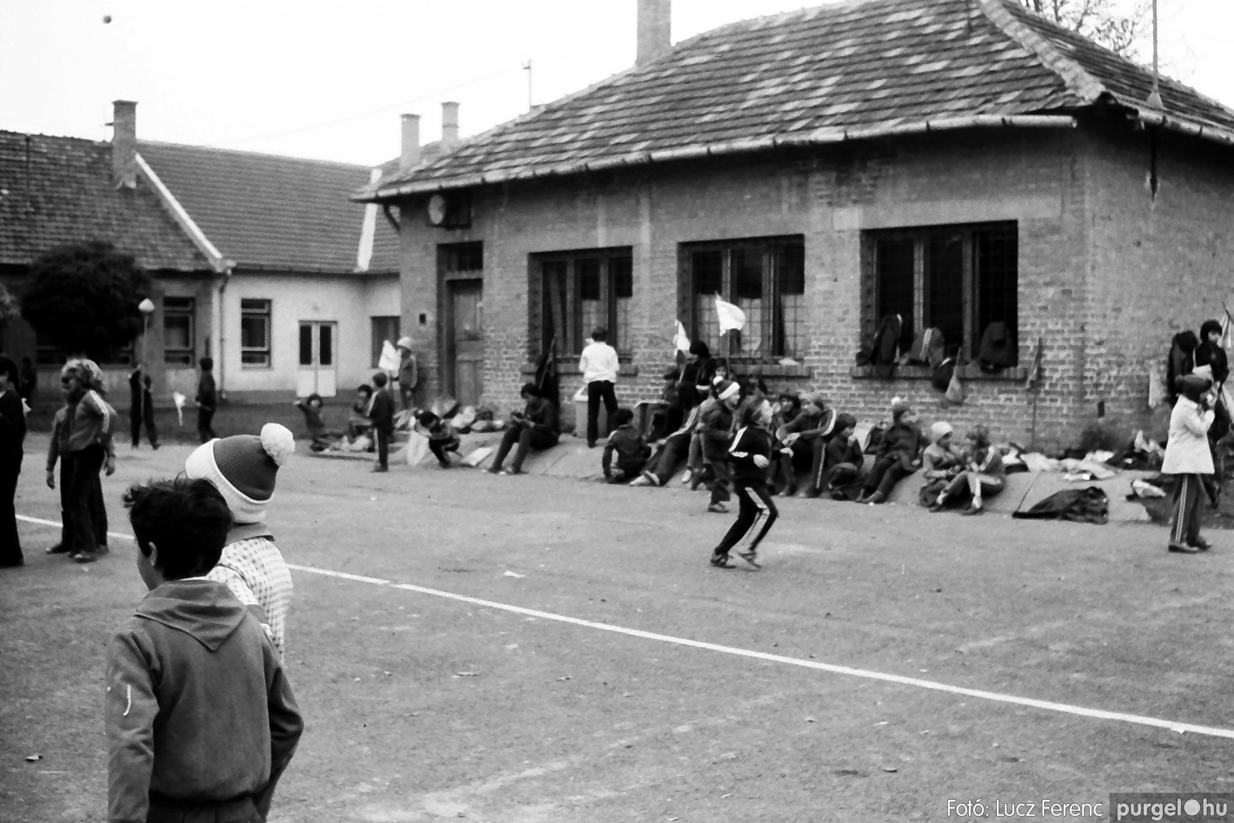092. 1977. Úttörő rendezvény a Központi Általános Iskolában 008. - Fotó: Lucz Ferenc.jpg
