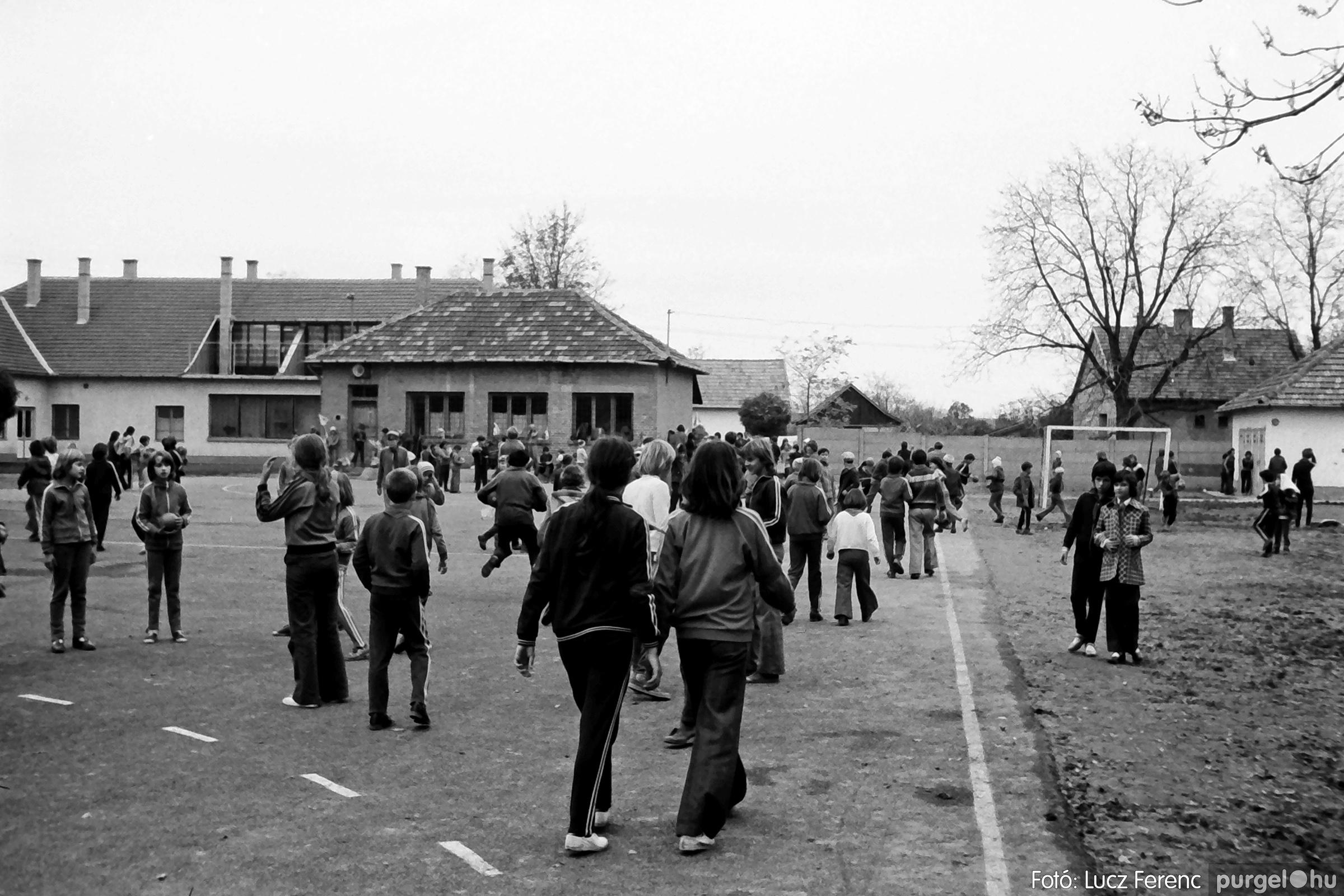 092. 1977. Úttörő rendezvény a Központi Általános Iskolában 007. - Fotó: Lucz Ferenc.jpg