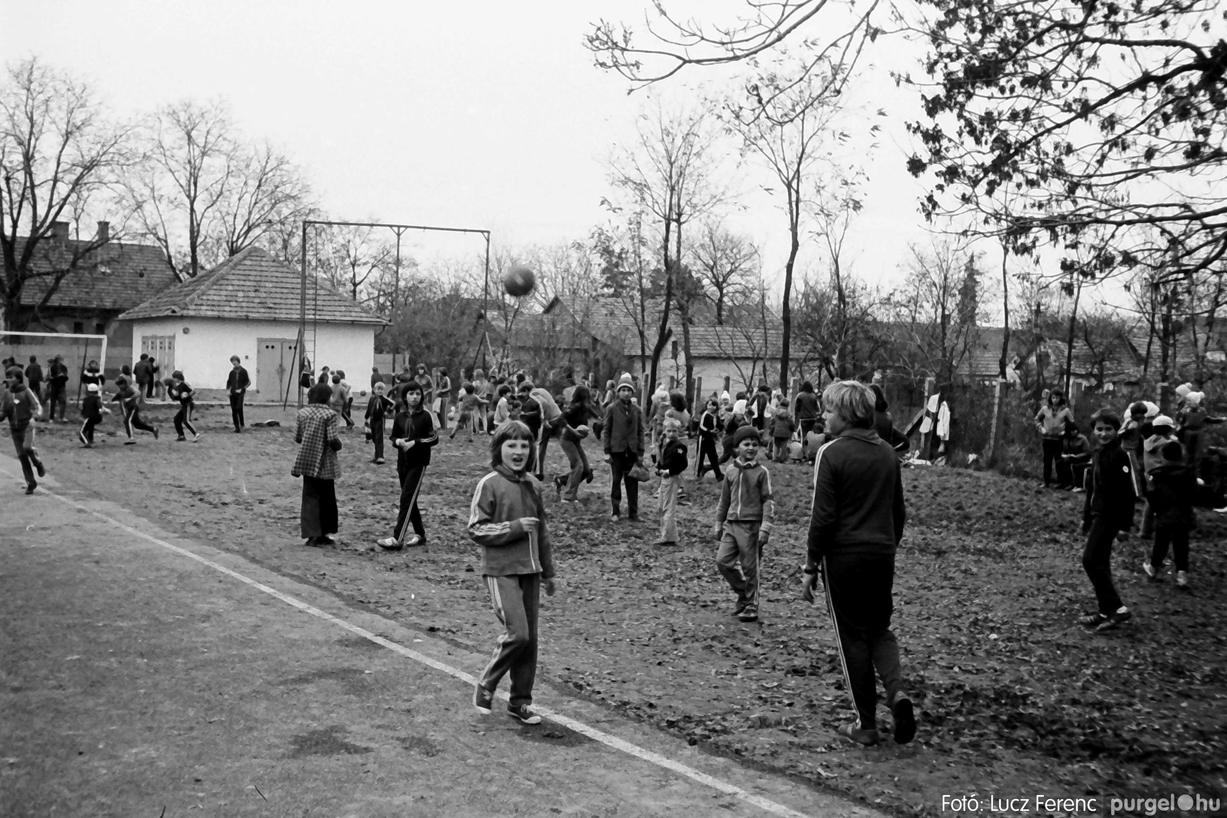 092. 1977. Úttörő rendezvény a Központi Általános Iskolában 006. - Fotó: Lucz Ferenc.jpg