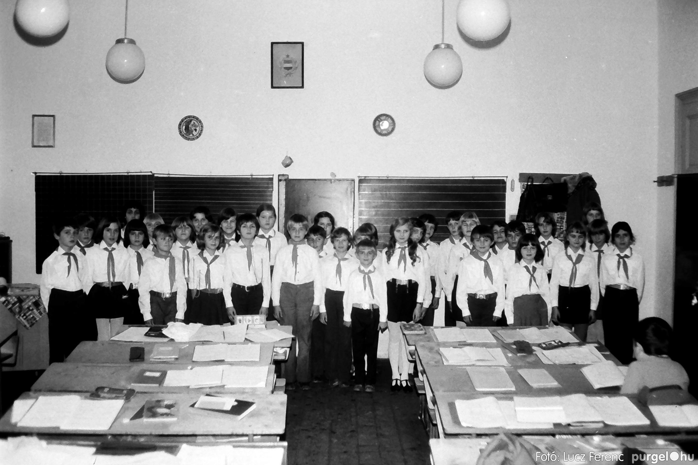 092. 1977. Úttörő rendezvény a Központi Általános Iskolában 003. - Fotó: Lucz Ferenc.jpg