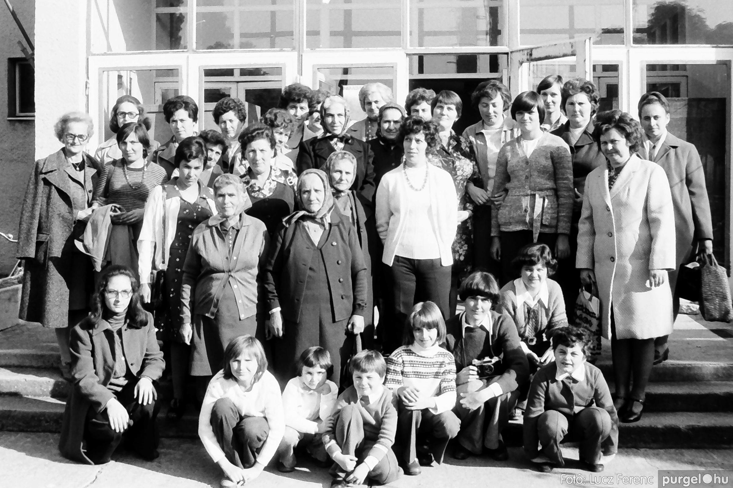 093. 1977. A szegvári és a tápéi kézimunka szakkör találkozója 002. - Fotó: Lucz Ferenc.jpg