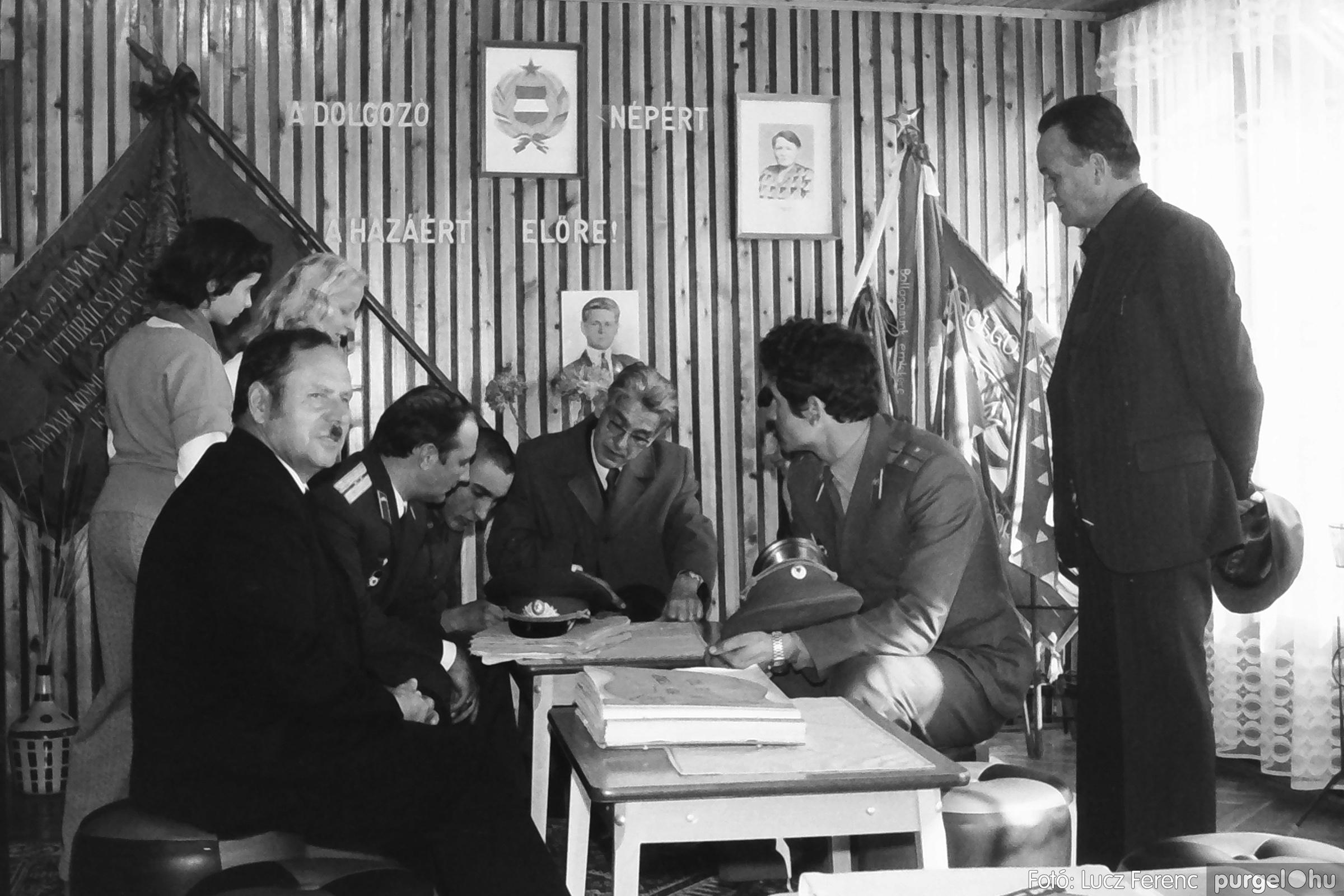 093. 1977. Szovjet katonák látogatása a nagy októberi szocialista forradalom 60. évfordulóján 016. - Fotó: Lucz Ferenc.jpg