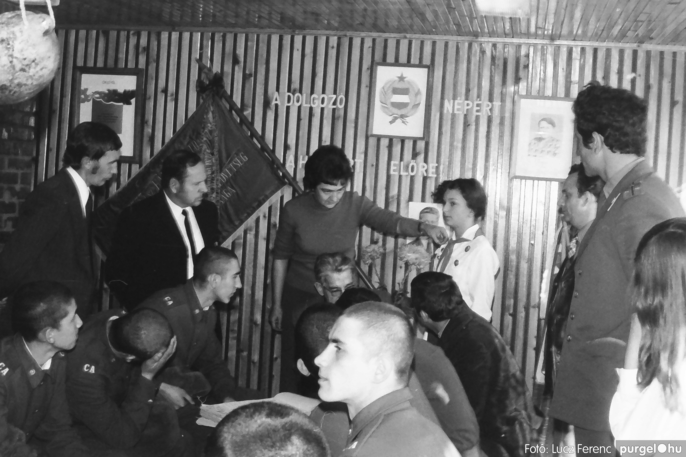 093. 1977. Szovjet katonák látogatása a nagy októberi szocialista forradalom 60. évfordulóján 012. - Fotó: Lucz Ferenc.jpg