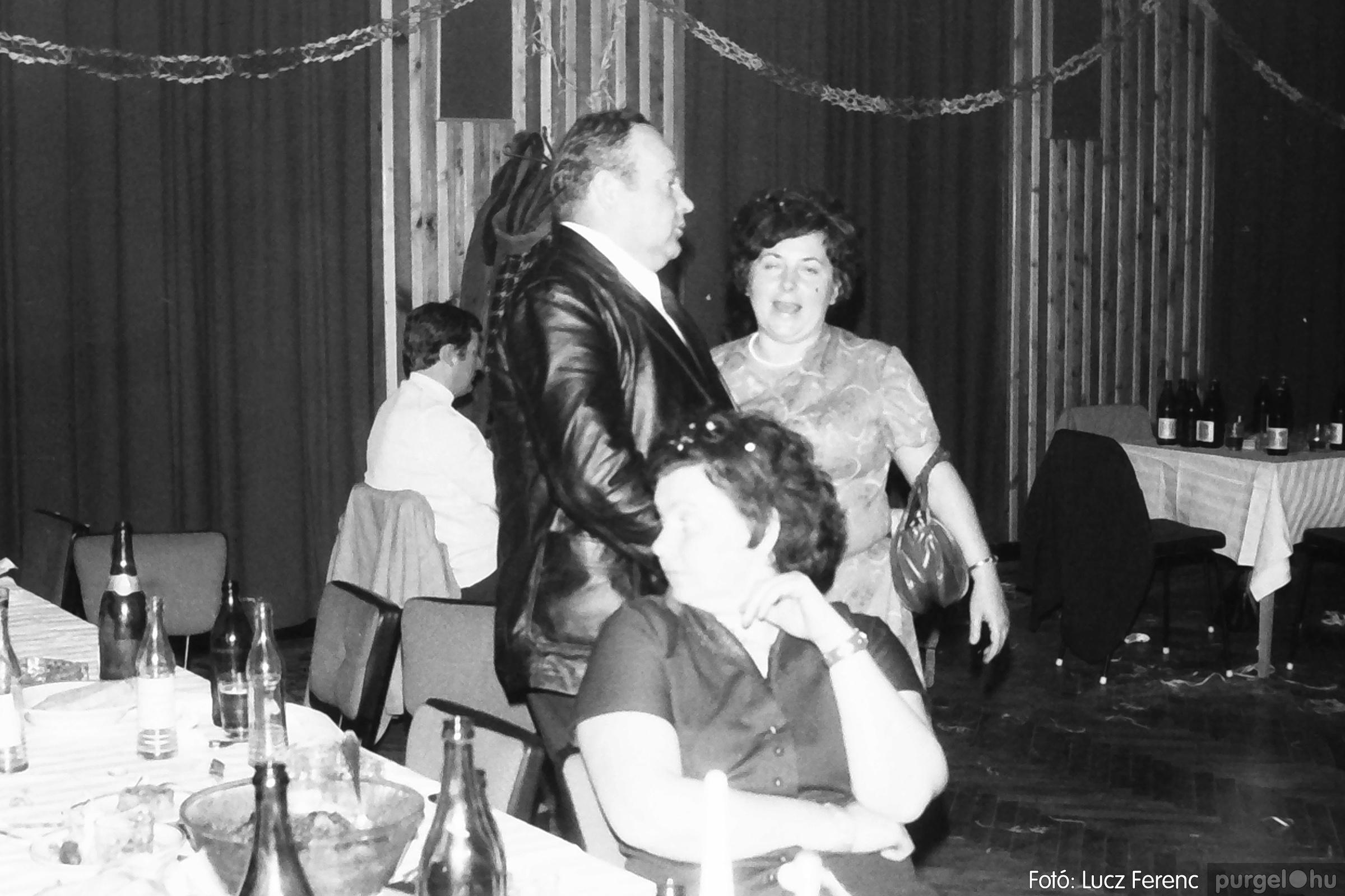 097. 1977.12.31. Szilveszter a kultúrházban 007. - Fotó: Lucz Ferenc.jpg