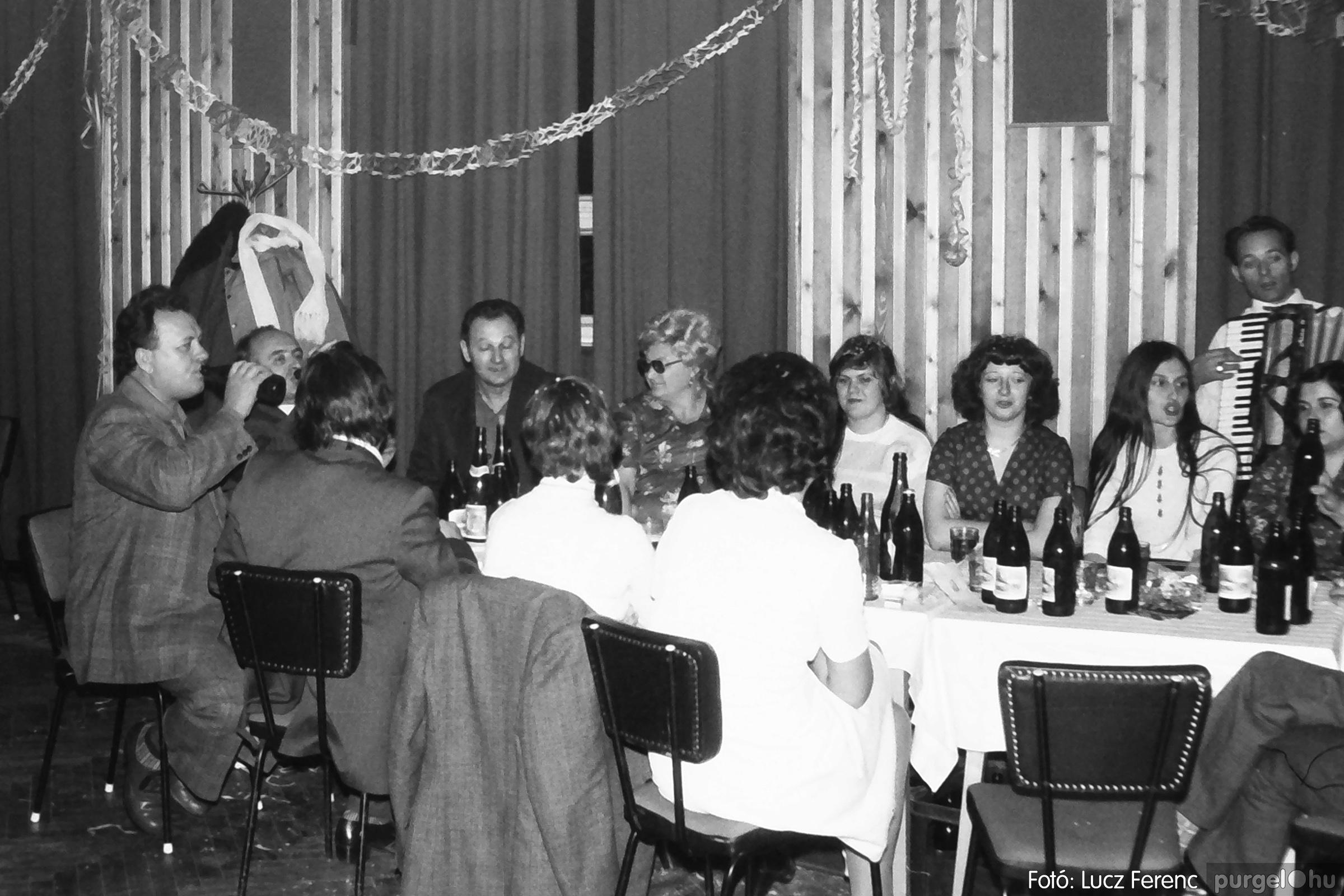 097. 1977.12.31. Szilveszter a kultúrházban 006. - Fotó: Lucz Ferenc.jpg