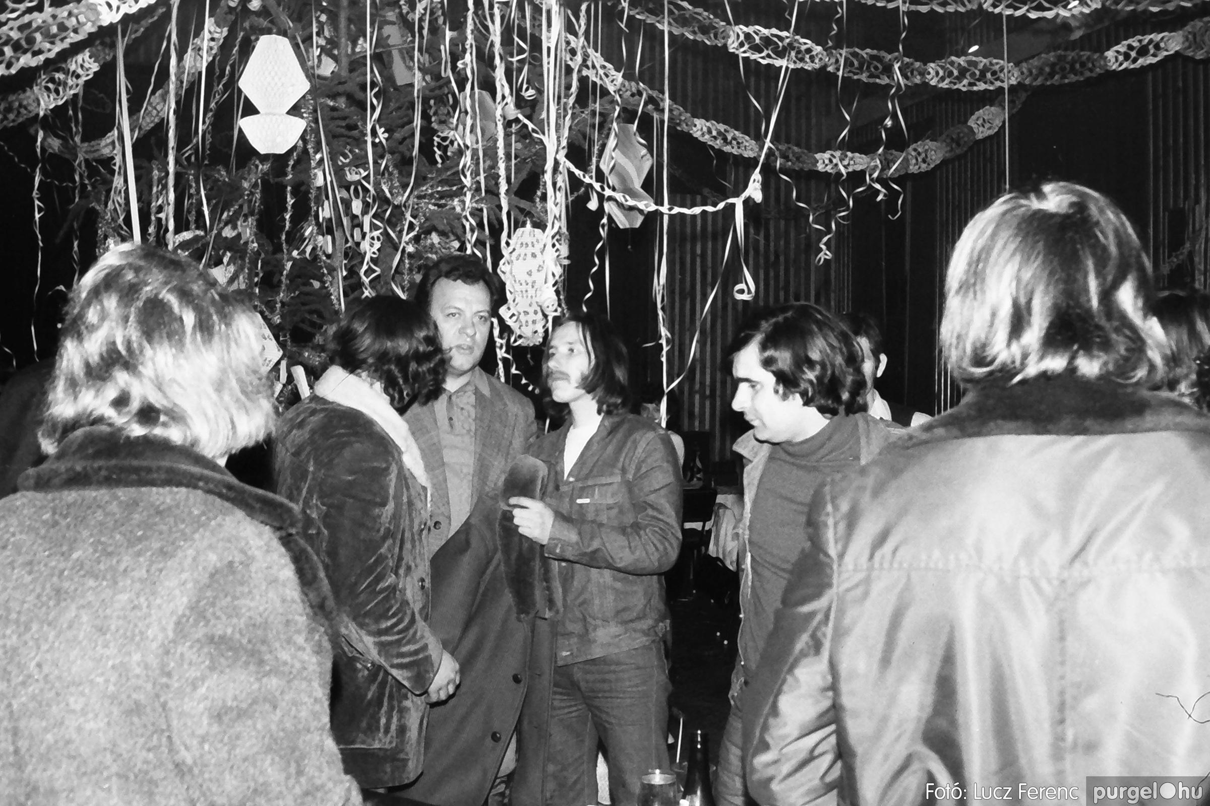 097. 1977.12.31. Szilveszter a kultúrházban 005. - Fotó: Lucz Ferenc.jpg