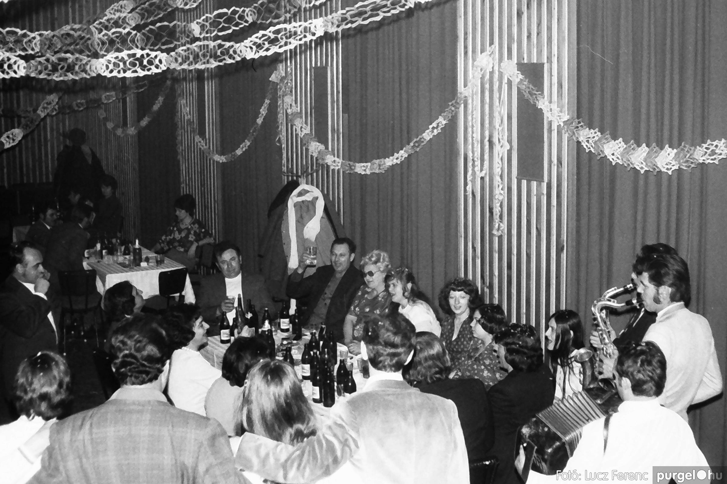 097. 1977.12.31. Szilveszter a kultúrházban 002. - Fotó: Lucz Ferenc.jpg
