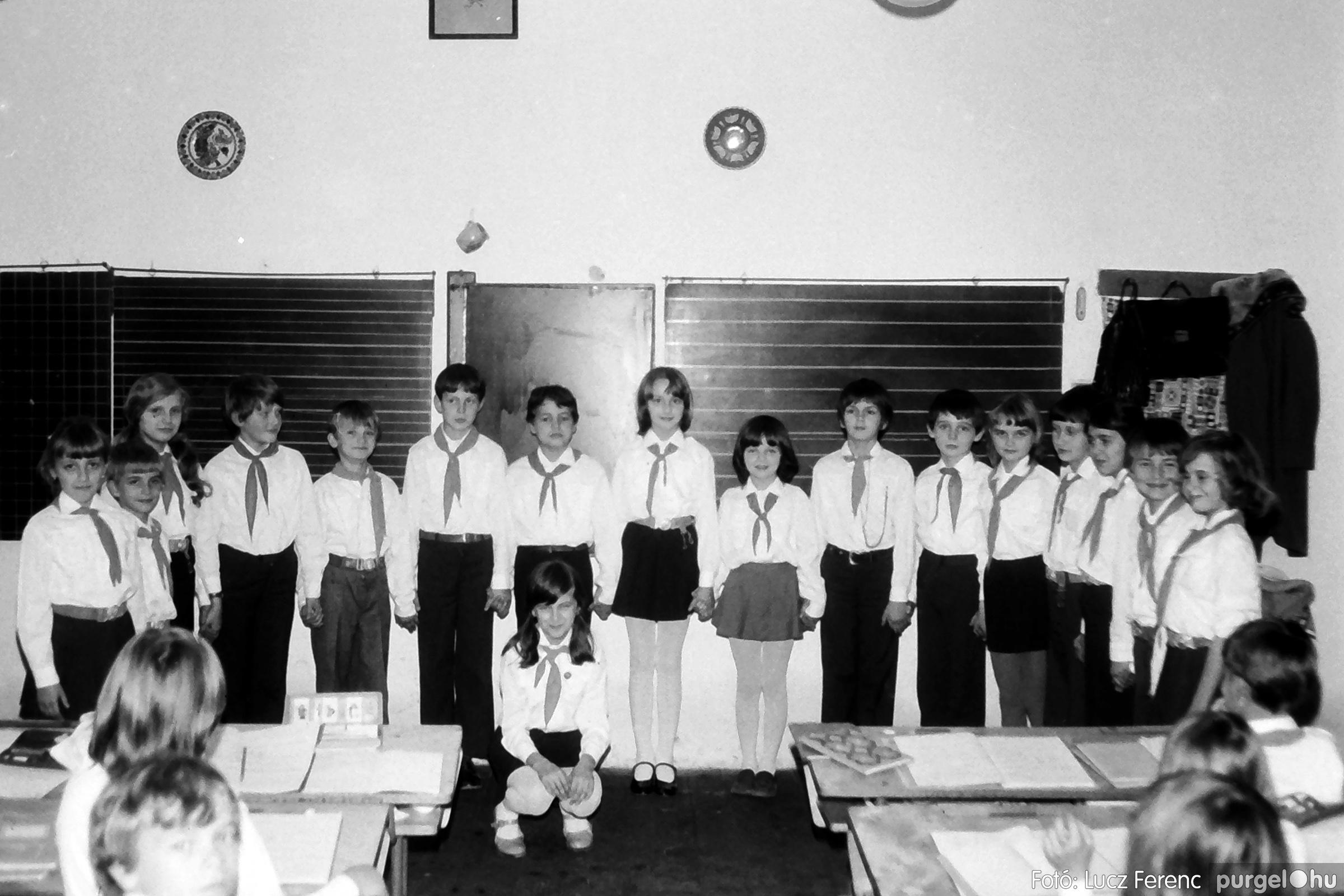 092. 1977. Úttörő rendezvény a Központi Általános Iskolában 005. - Fotó: Lucz Ferenc.jpg