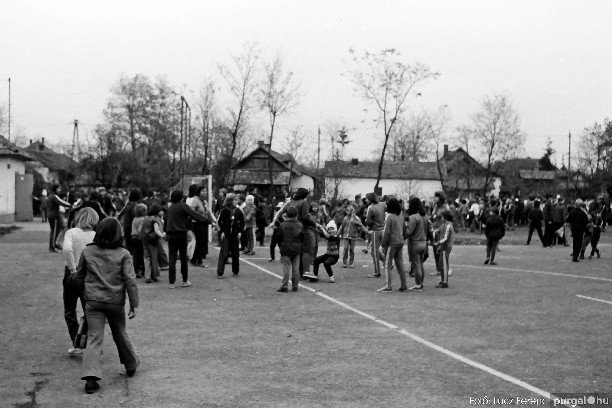 092. 1977. Úttörő rendezvény a Központi Általános Iskolában 017. - Fotó: Lucz Ferenc.jpg