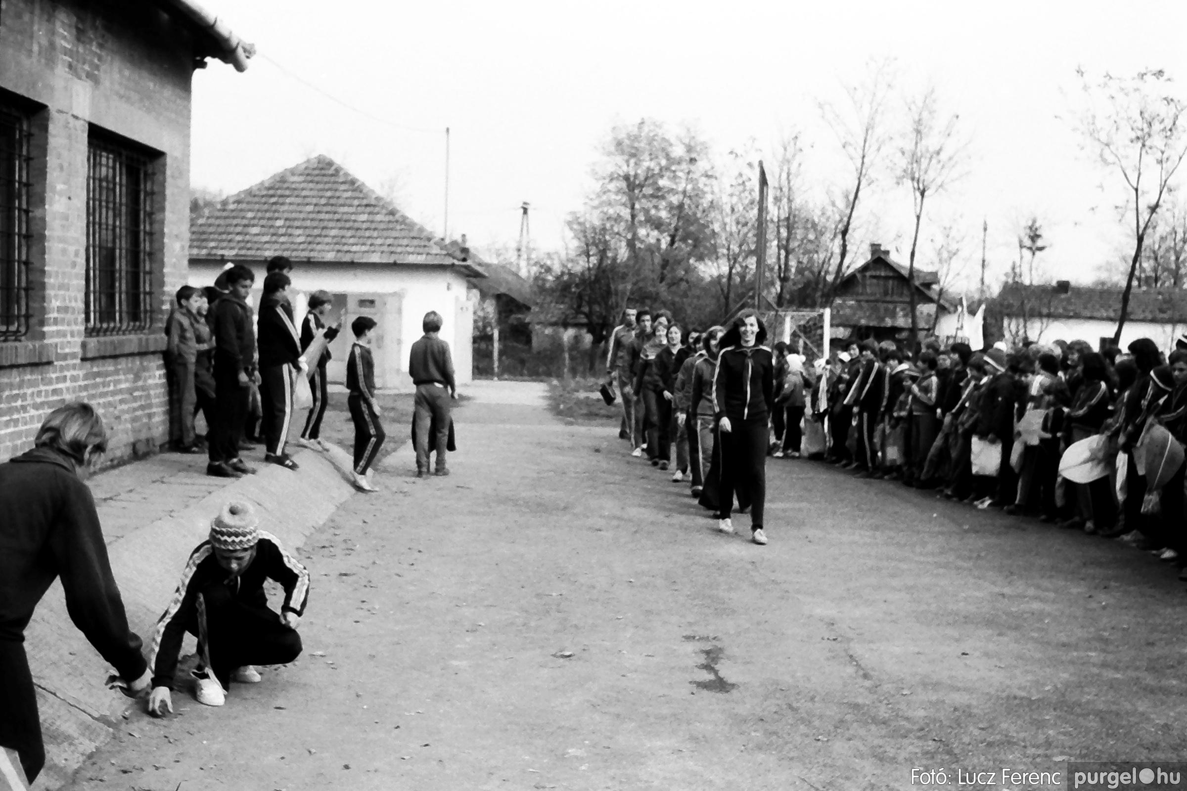 092. 1977. Úttörő rendezvény a Központi Általános Iskolában 011. - Fotó: Lucz Ferenc.jpg