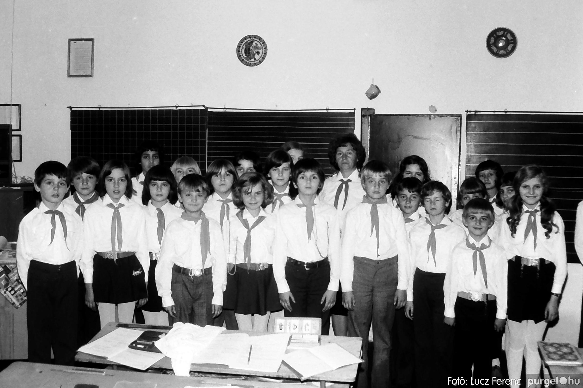 092. 1977. Úttörő rendezvény a Központi Általános Iskolában 002. - Fotó: Lucz Ferenc.jpg