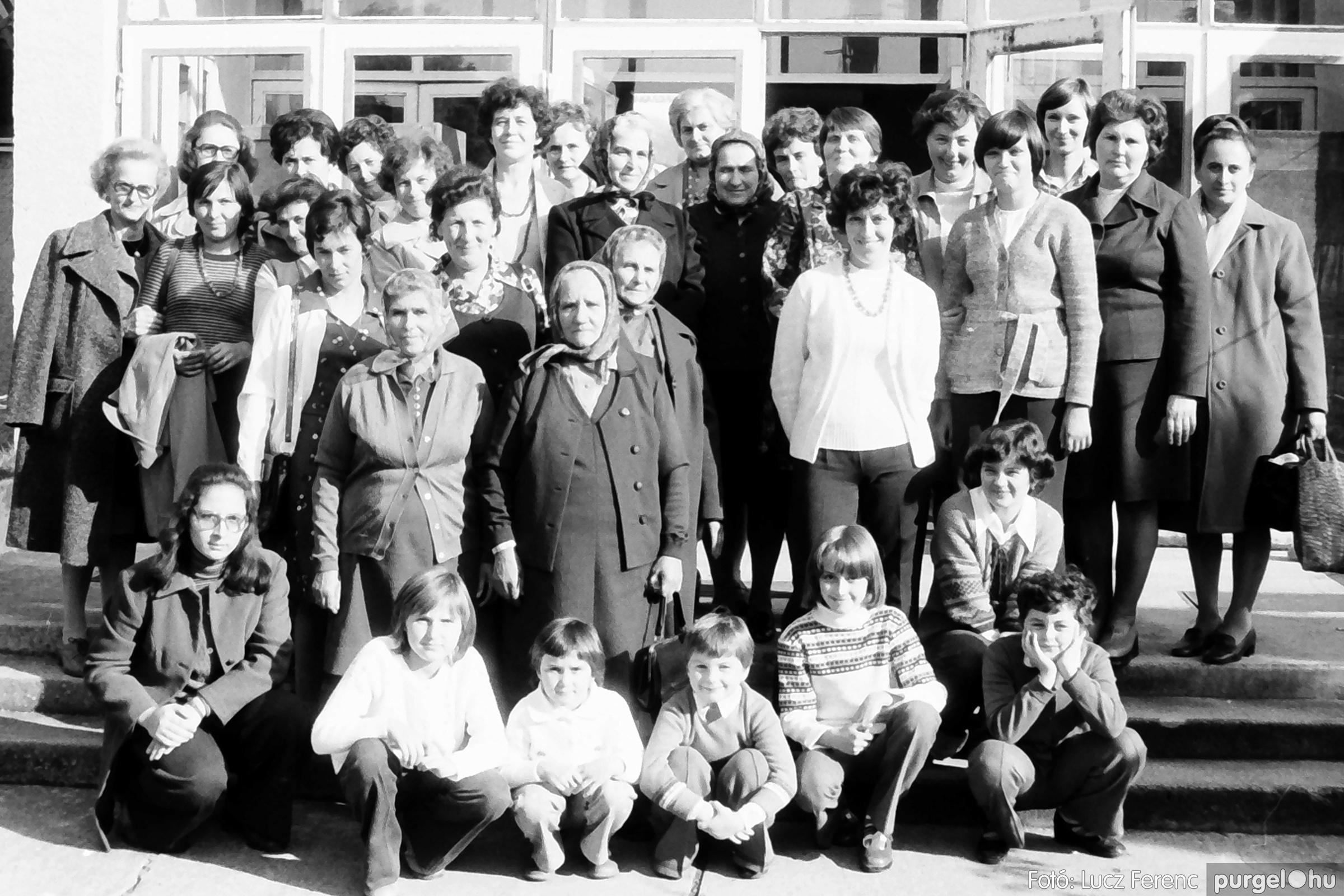 093. 1977. A szegvári és a tápéi kézimunka szakkör találkozója 001. - Fotó: Lucz Ferenc.jpg