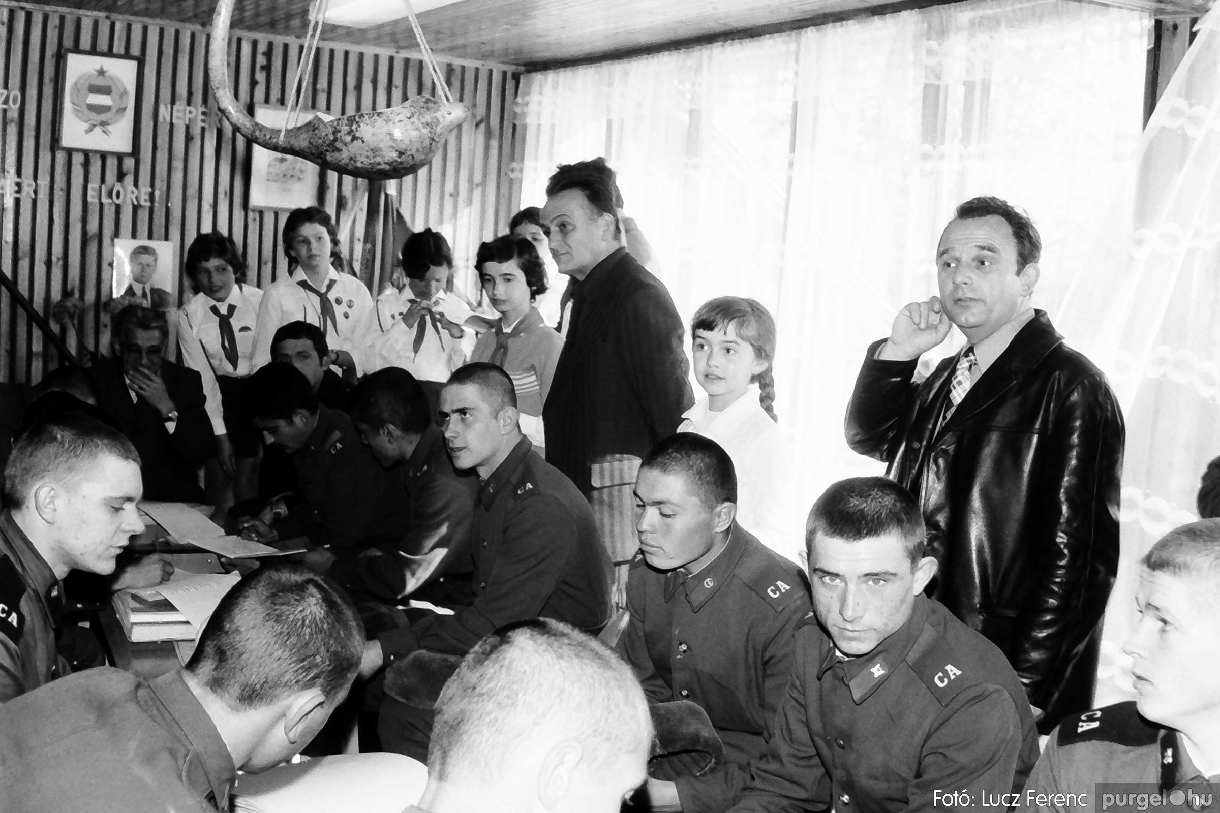 093. 1977. Szovjet katonák látogatása a nagy októberi szocialista forradalom 60. évfordulóján 015. - Fotó: Lucz Ferenc.jpg