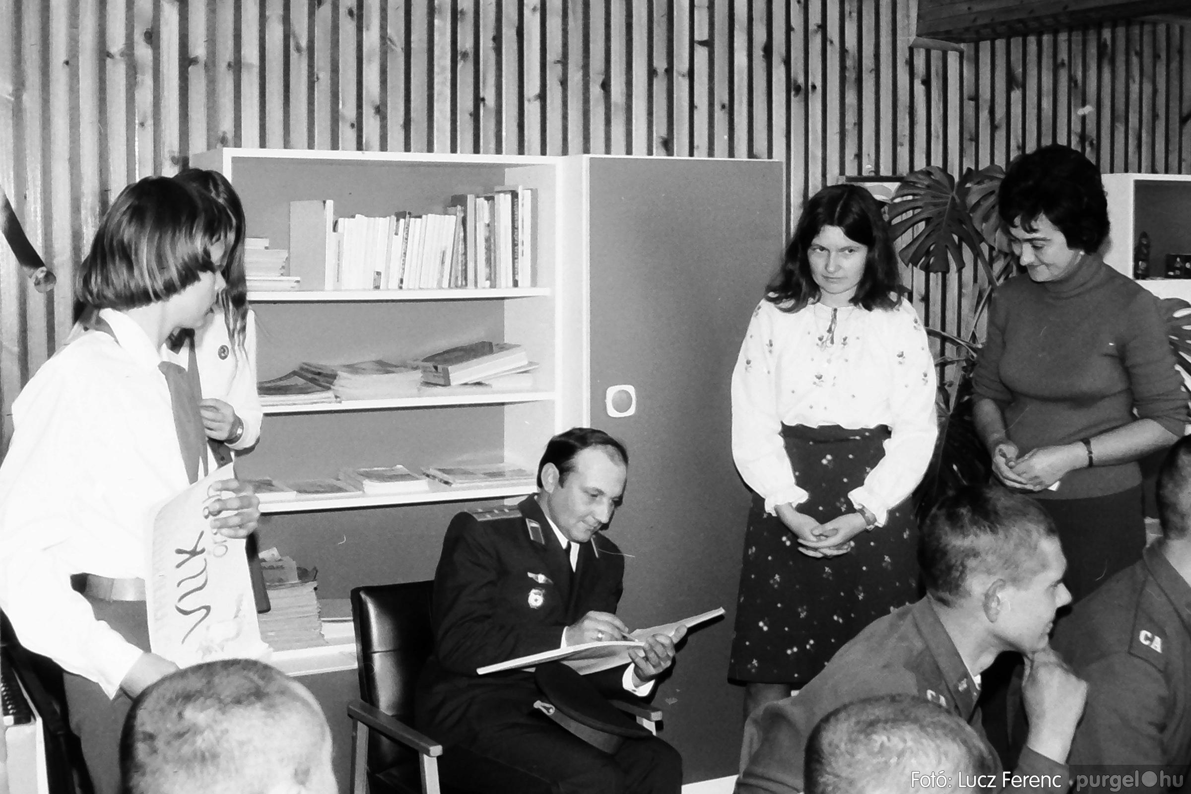 093. 1977. Szovjet katonák látogatása a nagy októberi szocialista forradalom 60. évfordulóján 011. - Fotó: Lucz Ferenc.jpg