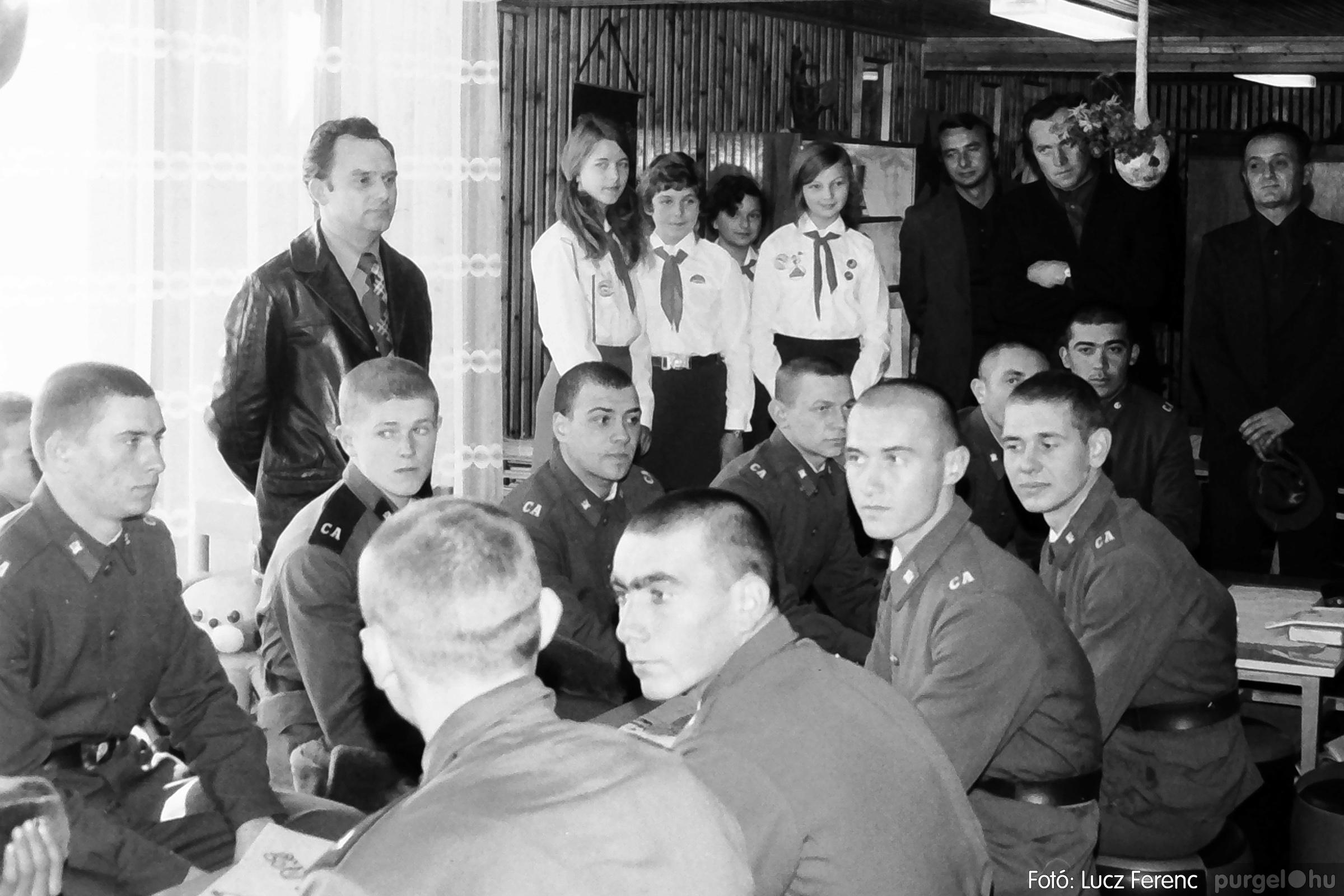 093. 1977. Szovjet katonák látogatása a nagy októberi szocialista forradalom 60. évfordulóján 009. - Fotó: Lucz Ferenc.jpg